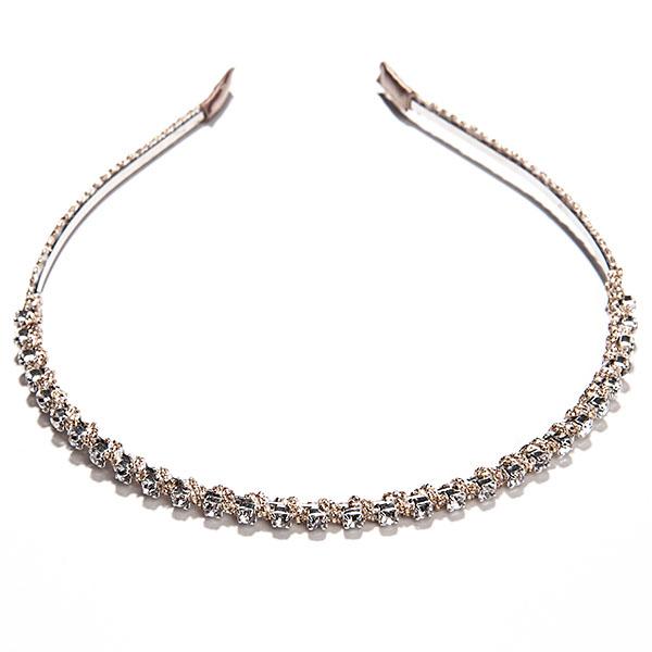 Ободок Selena Street Fashion, цвет: золотой. 7006521670065216Ободок для волос Selena Street Fashion изготовлен из металла, оформлен текстилем и стеклянными стразами. Элегантный ободок позволит освежить повседневный образ или дополнить вечерний наряд.