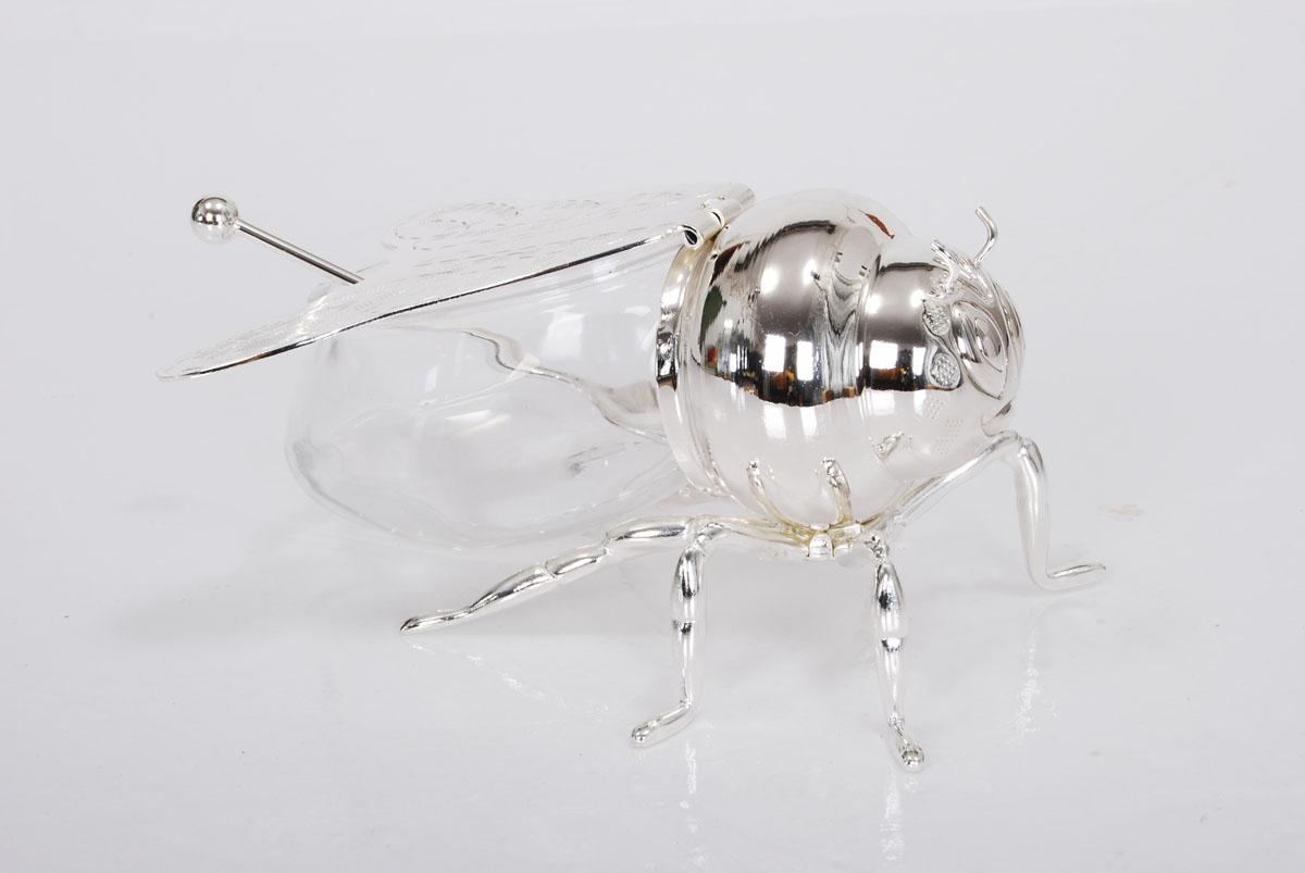 Вазочка для меда Marquis Пчелка, с ложечкой3006-MRВазочка Marquis Пчелка, изготовленная из стекла и стали с серебрено-никелевым покрытием, выполнена в виде очаровательной пчёлки. Крышка вазочки представляет собой крылья пчелки. Лаконичность и изящество форм придает вазочке неповторимую изысканность. Размер вазочки (Д х Ш х В): 13 см х 10 см х 8 см. Длина ложки: 11 см.