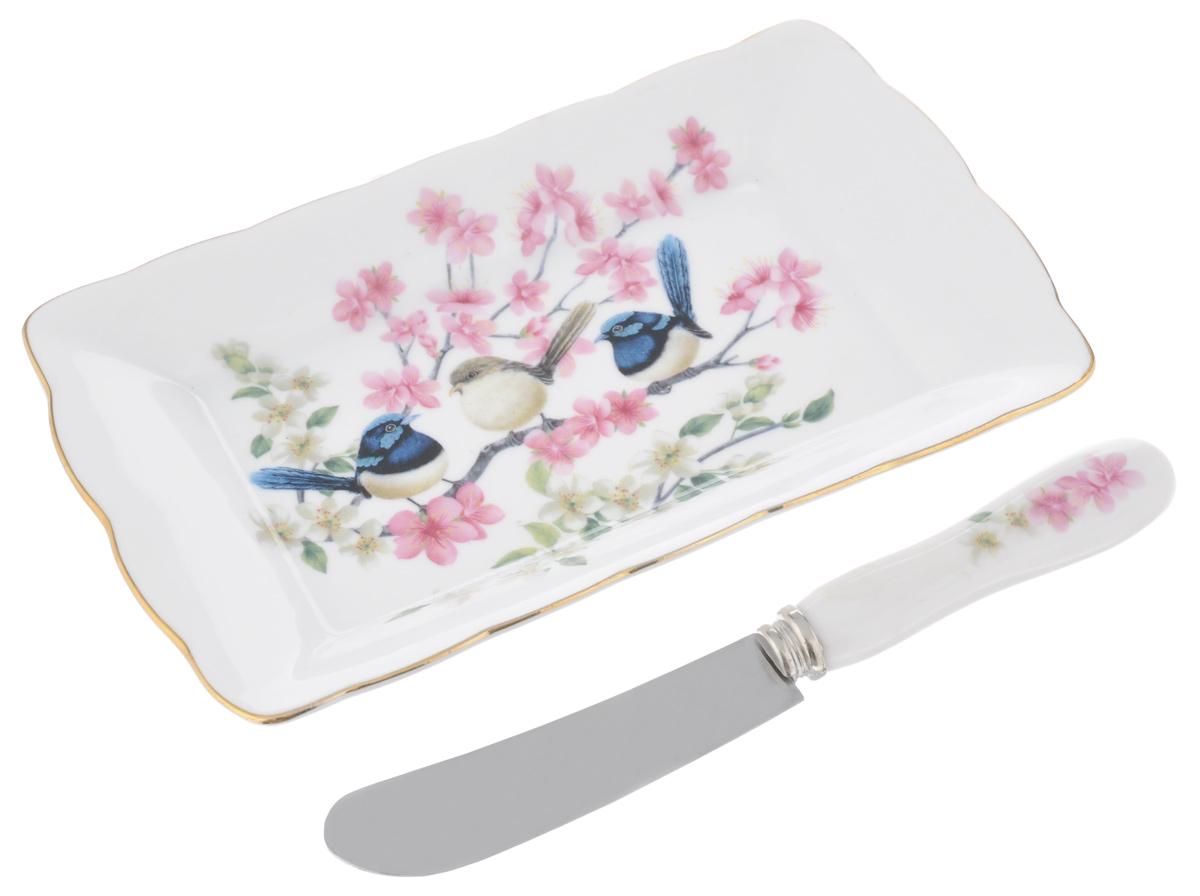 Набор для масла Райские птички, цвет: белый, розовый, 2 предмета420030Набор для масла Райские птички, выполненный из высококачественной керамики, состоит из тарелки и ножа. Тарелка предназначена для красивой сервировки стола и хранения масла. Предметы набора декорированы ярким изображением цветов и имеют изысканный внешний вид. Лезвие ножа выполнено из нержавеющей стали. Нож оснащен эргономичной ручкой. Набор для масла Райские птички великолепно украсит ваш праздничный стол и станет приятным подарком для вас и ваших близких. Размер тарелки: 17 см х 10 см х 2 см. Длина лезвия ножа: 8 см. Общая длина ножа: 16 см.