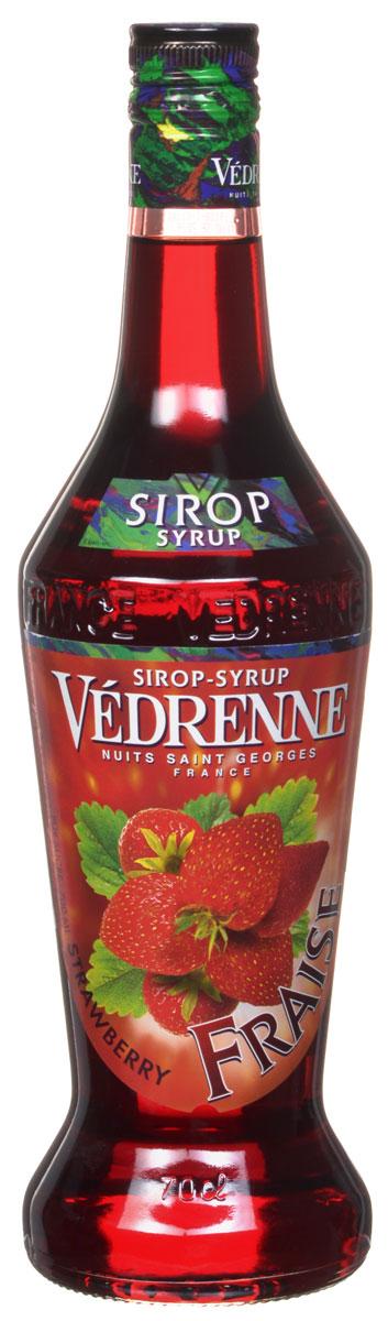 Vedrenne Клубника сироп, 0,7 лSVDRFR-070B01Сироп Клубника добавляют в различные коктейли, лимонады, мороженое, кофе и холодный чай. Кстати, хозяйкам на заметку: клубничный сироп можно добавить в натуральные компоты. Сиропы изготавливаются на основе натурального растительного сырья, фруктовых и ягодных соков прямого отжима, цитрусовых настоев, а также с использованием очищенной воды без вредных примесей, что позволяет выдержать все ценные и полезные свойства натуральных фруктово-ягодных плодов и трав. В состав сиропов входит только натуральный сахар, произведенный по традиционной технологии из сахарозы. Благодаря высокому содержанию концентрированного фруктового сока, сиропы Vedrenne обладают изысканным ароматом и натуральным вкусом, являются эффективным подсластителем при незначительной калорийности. Они оптимизируют уровень влажности и процесс кристаллизации десертов, хорошо смешиваются с другими ингредиентами и способствуют улучшению вкусовых качеств напитков и десертов. Сиропы Vedrenne разливаются в...