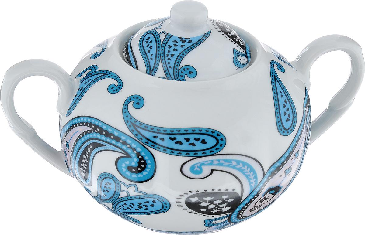 Сахарница LarangE Пейсли, цвет: белый, синий, 400 мл586-298Сахарница LarangE Пейсли выполнена из высококачественного фарфора. Внешние стенки оформлены ярким рисунком. Изделие оснащено двумя ручками и крышкой. Лаконичность и изящество форм придают сахарнице неповторимую изысканность. Эксклюзивный дизайн, эстетичность и функциональность сахарницы делает ее незаменимой на любой кухне. Не рекомендуется применять абразивные моющие средства. Диаметр сахарницы (по верхнему краю): 6 см. Высота сахарницы (без учета крышки): 7 см. Объем сахарницы: 400 мл.