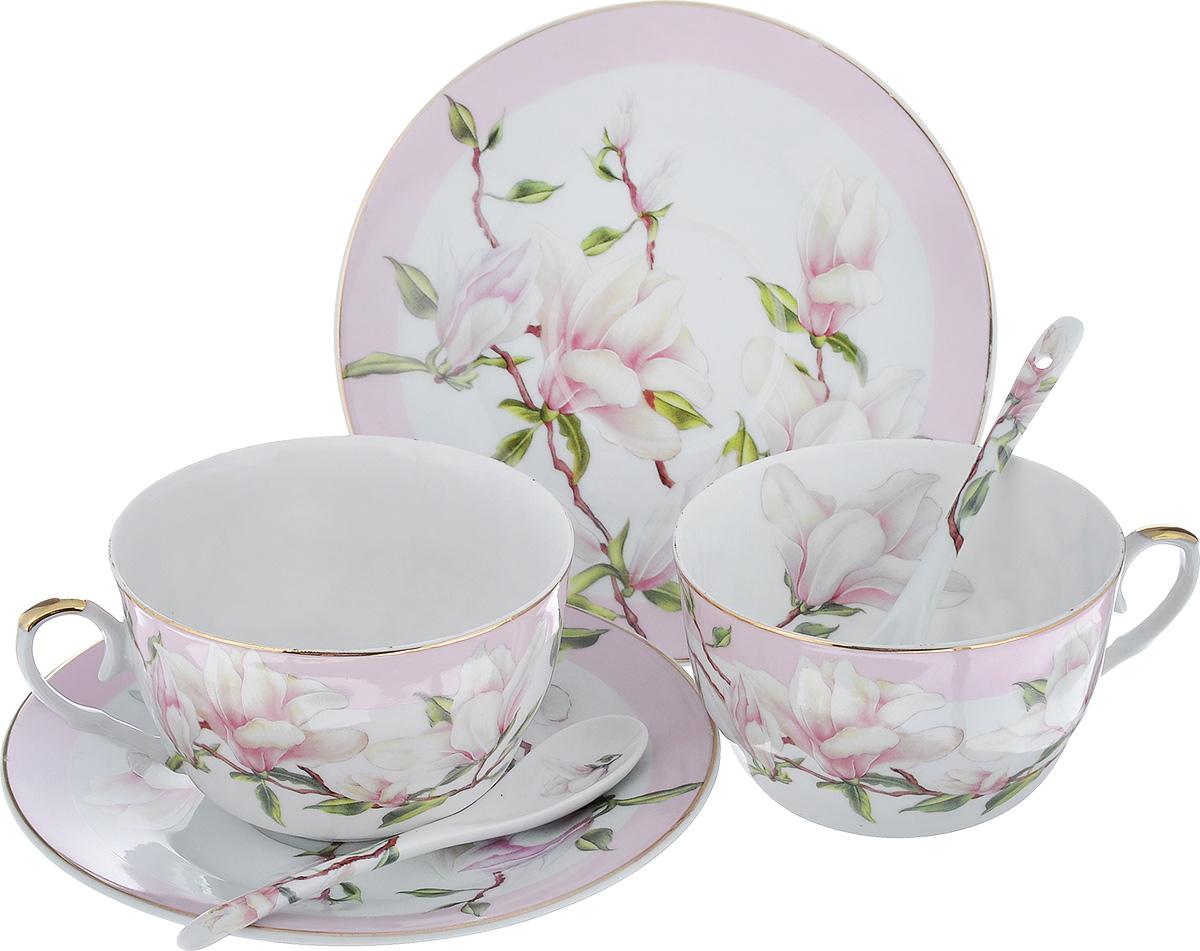 Набор чайный Elan Gallery Магнолия, цвет: белый, светло-сиреневый, 6 предметов180689Чайный набор Elan Gallery Магнолия, изготовленный из высококачественной керамики, состоит из двух чашек, двух блюдец и двух ложек. Предметы набора оформлены яркими изображениями цветов и имеют элегантный внешний вид. Чайный набор Elan Gallery Магнолия украсит ваш кухонный стол, а также станет замечательным подарком к любому празднику. Объем чашки: 250 мл. Диаметр чашки (по верхнему краю): 9,5 см. Диаметр дна чашки: 4,5 см. Высота чашки: 6,2 см. Диаметр блюдца: 15,5 см. Высота блюдца: 2 см. Размер рабочей поверхности ложки: 4 см х 2,5 см х 1 см. Длина ложки: 12 см.