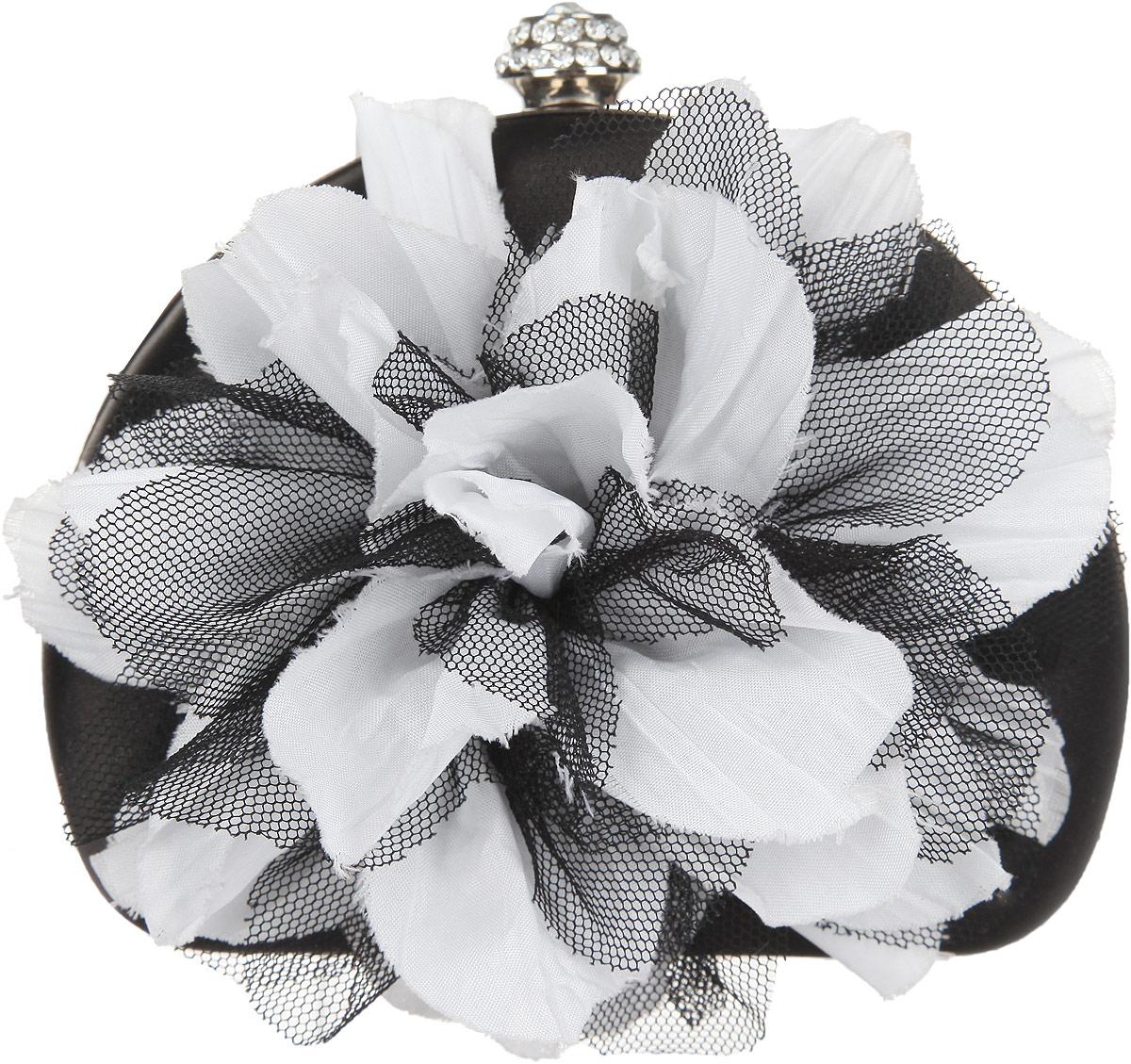Клатч Fabretti, цвет: черный, белый. 84513-47670-00504Элегантный вечерний клатч Fabretti выполнен из полиэстера и металла. Изделие оформлено оригинальным цветком из текстиля, замок дополнен стразами.Изделие содержит одно отделение и закрывается на рамочный замок. Внутри расположено вместительное отделение. Клатч оснащен укороченным ремнем-цепочкой, который позволит носить изделие на запястье.Клатч Fabretti прекрасно завершит ваш праздничный образ.
