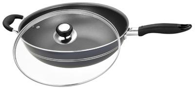 Сковорода-вок Calve с крышкой, с тефлоновым покрытием. Диаметр 32 смCL-1108Сковорода-вок Calve изготовлена из алюминия с высококачественным тефлоновым антипригарным покрытием. Не содержит вредных примесей, что способствует здоровому и экологичному приготовлению пищи. Кроме того, с таким покрытием пища не пригорает и не прилипает к стенкам, поэтому можно готовить с минимальным добавлением масла и жиров. Гладкая, идеально ровная поверхность сковороды легко чистится. Эргономичная ручка, выполненная из бакелита, не нагревается и не скользит, а крышка из жаропрочного стекла с отверстием для вывода пара позволит следить за процессом приготовления еды. Подходит для всех типов плит, кроме индукционных. Можно мыть в посудомоечной машине. Диаметр сковороды: 32 см. Толщина стенок: 3 мм.