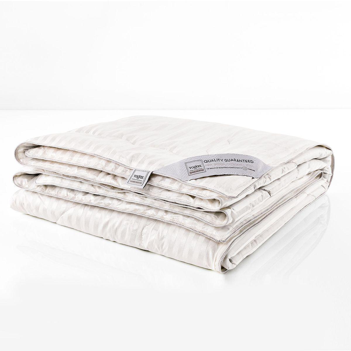 """Одеяло Роял верблюжья шерсть в шелке, 220 х 240 см. 20.04.17.005720.04.17.0057Сон под таким одеялом наполнен небесными ощущениями…Верблюжья шерсть удивительно легкая, что делает одеяла с таким наполнителем практически невесомыми, воздушными. Словно облако нежного тепла подхватывает Вас, расслябляя мыщцы, окутывая заботой, окружая непревзойденным комфортом… Верблюжья шерсть прочнее и легче других видов шерсти, имеет полую структуру, благодаря чему превосходно удерживает тепло и одновременно """"дышит"""". Свойства шелка, из которого сделан чехол одеяла, удивительны. Чистый шелк обладает антибактериальными и гипоаллергенными свойствами. Наполнитель из верблюжьей шерсти в сочетании с шелковым чехлом - это изысканный комфорт, окружающий Вас каждую ночь… И сопровождающий Вас на протяжении всего дня."""