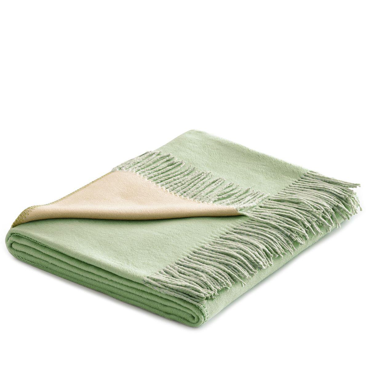 Плед Togas Хлопок-Шелк, цвет: бежевый, зеленый, 140 х 180 см20.03.10.0004Утонченный плед Togas Хлопок-Шелк - это высшая роскошь и настоящее наслаждение. Нежное, скользящее прикосновение этой божественной ткани наполняет блаженством и легкостью. Необычный дизайн позволяет в мгновение ока трансформировать пространство вашей спальни или гостиной: просто поверните плед стороной того цвета, который вам сейчас по душе, - и наслаждайтесь непринужденной грацией элегантно драпирующихся складок, ниспадающих шелковистым каскадом. Несмотря на удивительную тонкость и невесомость, плед из 75% шелка и 25% хлопка очень практичен и прост в уходе, а значит - прослужит вам долгие годы, став неотъемлемой частью вашего уюта и комфорта.