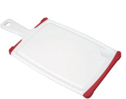 Доска разделочная Tescoma Cosmo, с ручкой, цвет: красный, белый, 35,5 см х 18 см94672Разделочная доска Tescoma Cosmo, изготовленная из высококачественного прочного пластика, станет незаменимым атрибутом приготовления пищи. Она идеально подходит для разделки мяса, рыбы, приготовления теста и нарезки любых продуктов. А особый дизайн краев с желобком способствует задерживанию жидкостей и остатков продуктов. Изделие оснащено прорезиненными цветными вставками для предотвращения скольжения по столу. Доска предназначена для ежедневного интенсивного использования. Современный стильный дизайн и функциональность разделочной доски Tescoma Cosmo позволит занять ей достойное место на вашей кухне.Можно мыть в посудомоечной машине.Общий размер доски (с учетом ручки): 35,5 см х 18 см х 1,3 см.Длина ручки: 9,5 см.