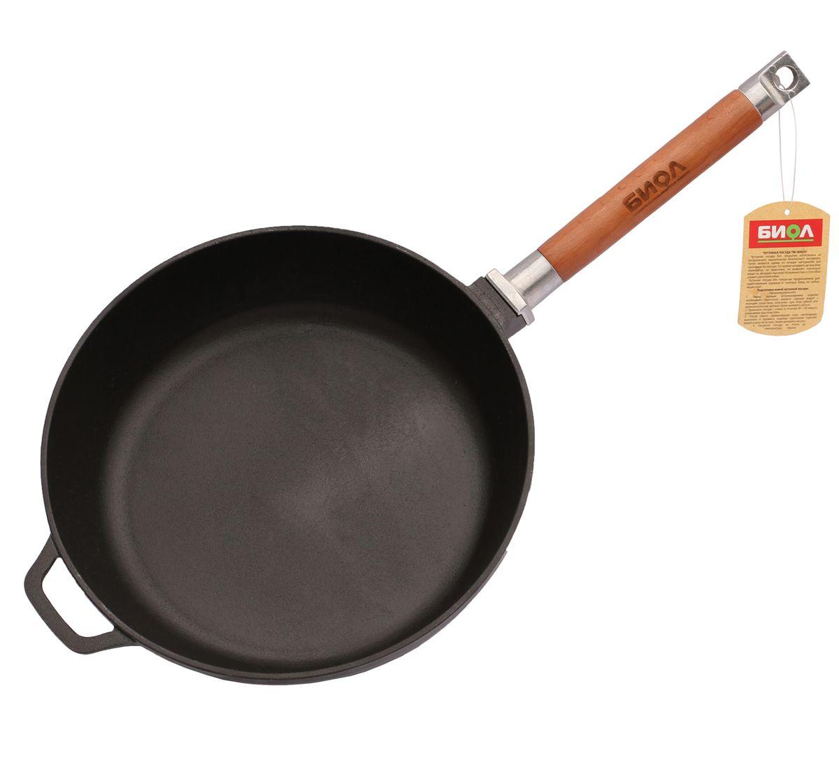 Сковорода чугунная Биол, со съемной ручкой. Диаметр 26 см0326Сковорода Биол изготовлена из натурального экологически безопасного чугуна. Чугун является одним из лучших материалов для производства посуды. Сковороду можно нагревать до высоких температур, она практична, не выделяет токсичных веществ, обладает высокой теплоемкостью и способна служить десятилетиями. Сковорода оснащена съемной деревянной ручкой. При помощи вращательного движения ручка снимается и прикручивается. Подходит для всех типов плит, включая индукционные. Нельзя мыть в посудомоечной машине. Диаметр сковороды по верхнему краю: 26 см. Высота стенки: 6,5 см. Длина ручки: 21 см.