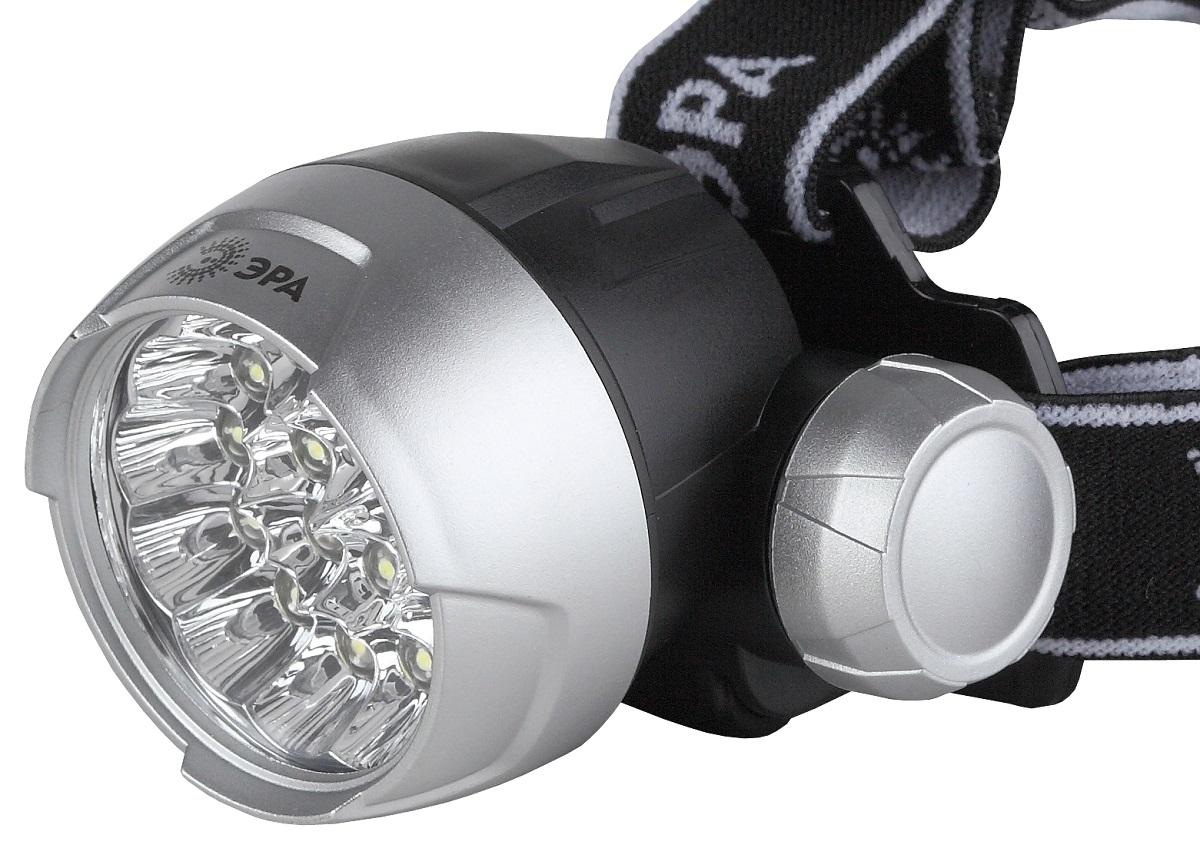 Фонарь налобный ЭРА G17, цвет: серебристый, черный67743Светодиодный налобный фонарь: 17 белых светодиодов NarrowBeam (суммарная мощность 3,5W, световой поток до 70Лм) 4 режима работы 3хААА (в комплект не входят). 63 лм