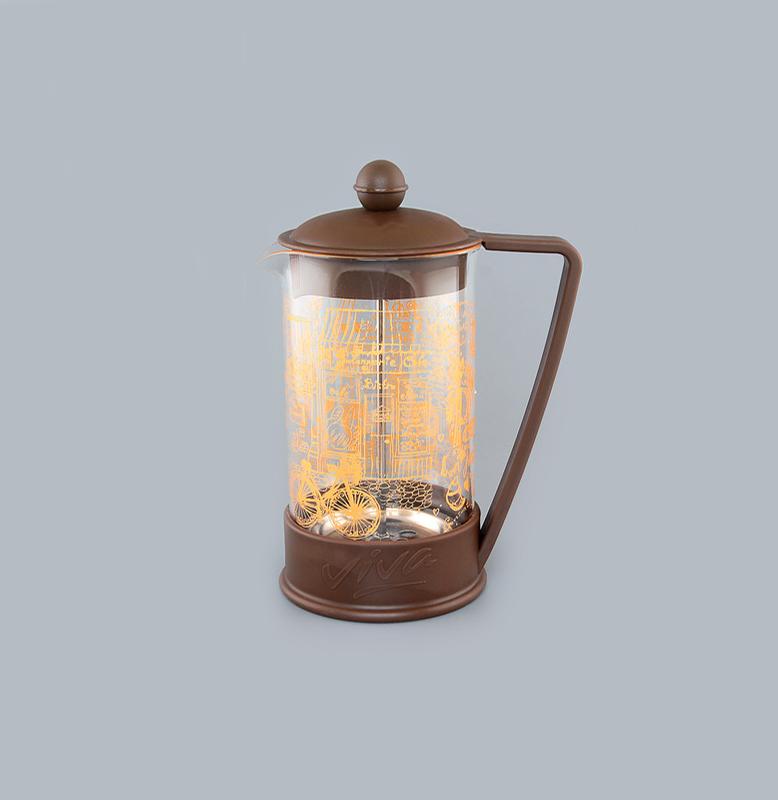 Френч-пресс Viva Paris, 600 мл570039 BF-722(600)Френч-пресс Viva Paris незаменим для любителей чая и кофе. Чайник имеет подставку с ручкой из пластика. Емкость выполнена из термостойкого боросиликатного стекла, устойчивого к 180°С. Емкость прозрачная, что позволяет видеть количество жидкости в чайнике. Поршень из нержавеющей стали используется для отжима чая и фильтрации. Френч-прессом легко пользоваться. Положите в чайник чай или кофе грубого помола, наполните водой, установите крышку с поднятым поршнем и оставьте на 5 минут, опустите поршень. Весь осадок останется внизу, и вы получите отфильтрованный напиток. Такой чайник очень удобен и практичен в эксплуатации. Можно мыть в посудомоечной машине.