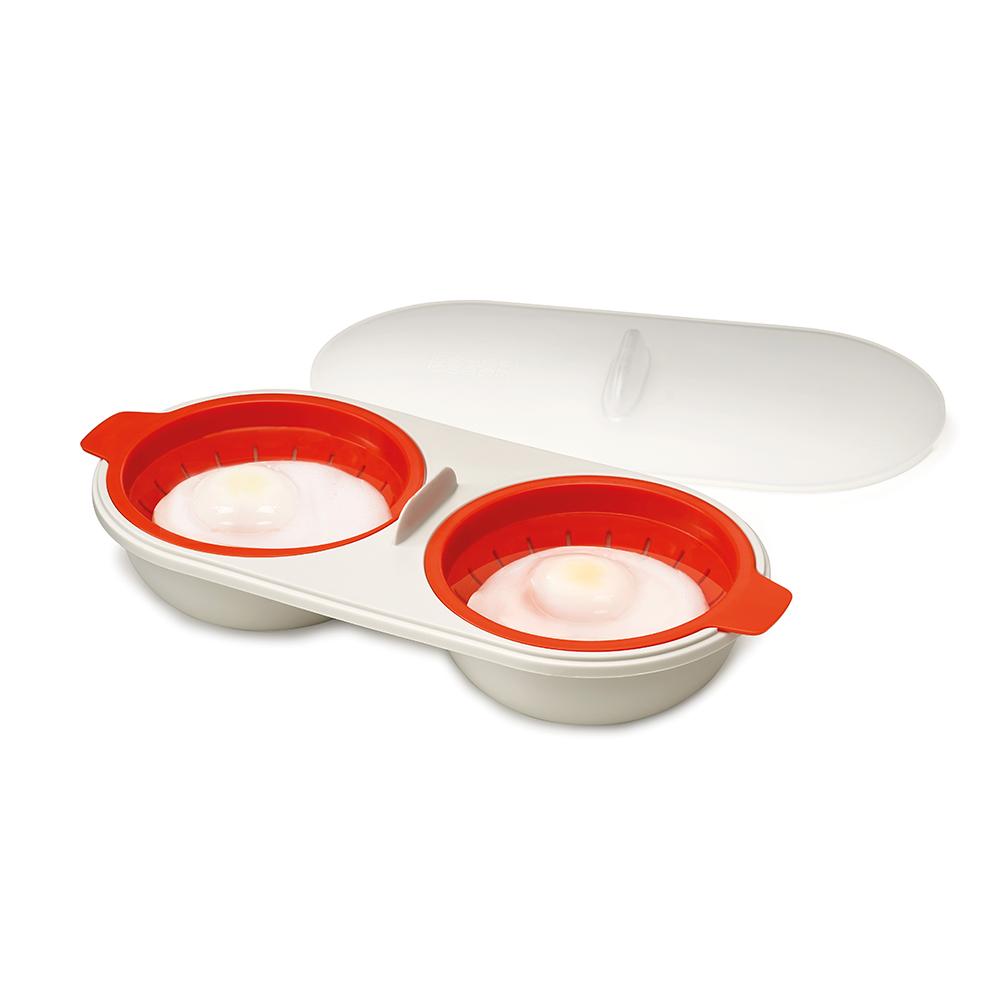 Форма для приготовления яиц пашот в микроволновой печи M-Cuisine. 4500845008Яйца пашот считаются изысканным и полезным блюдом, но приготовить их в кастрюле может быть непросто. Но с набором от Joseph Joseph нет ничего проще: наберите воду до отметки, разбейте в специальное отделение яйцо (для разбивания можно использовать острую часть в середине набора), накройте крышкой и поставьте в микроволновую печь. Для легкого извлечения готового яйца из формы оба отделения оснащены специальным мини-дуршлагом.