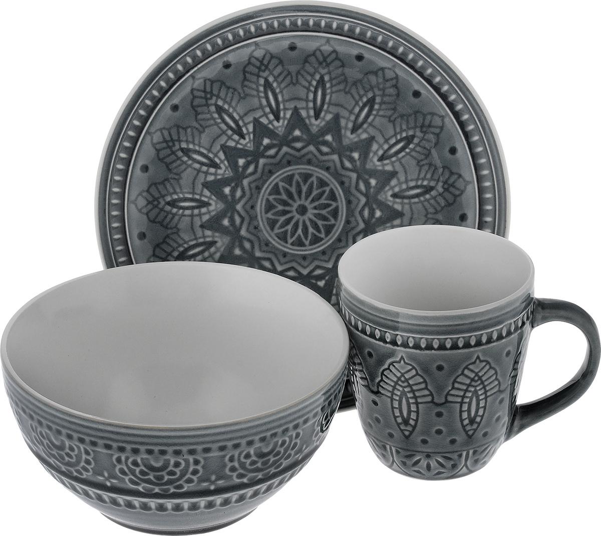 Набор столовой посуды Tongo, цвет: серый, 3 предметаS-03 g TongoНабор столовой посуды Tongo состоит из салатника, кружки, десертной тарелки. Изделия выполнены из экологически чистой каменной керамики, покрытой сверкающей глазурью. Посуда оформлена изысканным рельефным орнаментом. Поверхность слегка потрескавшаяся, что придает изделию винтажный вид и оттенок старины. Такой набор посуды прекрасно подходит как для торжественных случаев, так и для повседневного использования. Стильный дизайн изящно украсит сервировку стола. Можно использовать в посудомоечной машине и СВЧ. Диаметр десертной тарелки: 20,5 см. Объем салатника: 800 мл. Диаметр салатника (по верхнему краю): 16 см. Высота салатника: 8 см. Объем кружки: 350 мл. Диаметр кружки (по верхнему краю): 9 см. Высота кружки: 10 см.