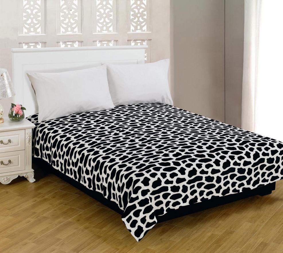 Плед Amore Mio Spot, цвет: черный, белый, 180 см х 230 см0803114208Оригинальный плед Amore Mio Spot, декорированный под шкуру коровы, станет украшением вашего дома. Текстура изделия мягкая и шелковистая. Плед выполнен из фланели (100% полиэстер) - это мягкий, приятный на ощупь, гипоаллергенный и экологичный материал. Плед отлично удерживает тепло, не накапливает статическое электричество. Благодаря уникальной технологии окрашивания, плед прекрасно отстирывается, не линяет и не скатывается. За фланелевыми пледами очень легко ухаживать - они просты в уходе, легко стираются, быстро сохнут и практически не мнутся. Мягкий, теплый и уютный плед согреет вас в холодное время года, а необычный дизайн сделает его стильным украшением интерьера спальни.
