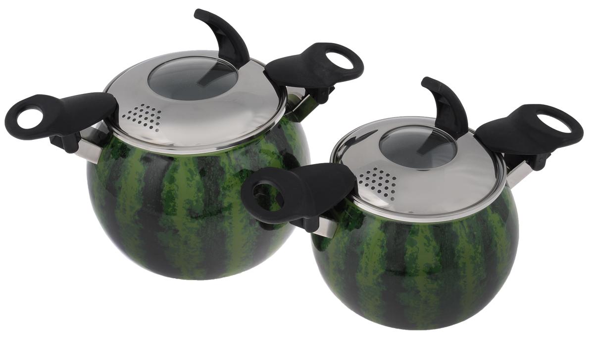 Набор кастрюль Elros Water-melon, с крышками, 4 предмета177САП/8ДНабор эмалированной посуды Elros Water-melon состоит из двух кастрюль разного объема с крышками со сливными отверстиями. Посуда выполнена из высококачественной стали, покрытой эмалью. Корпус кастрюль оформлен рисунком. Изделия оснащены складными ручками. Особенности посуды: Безопасность. Стеклоэмаль инертна и устойчива к пищевым кислотам, не вступает во взаимодействие с продуктами и не искажает их вкуса. Обеспечивает безопасность приготовления и хранения пищи. Гипоаллергенность. Эмалевое покрытие, являясь стекольной массой, не вызывает аллергию и надежно защищает пищу от контакта с металлом. Долговечность. Многослойное эмалевое покрытие - долговечный материал. Оно устойчиво к механическому воздействию, не царапается и не стирается, а стальная основа практически не подвержена механической деформации, благодаря чему срок эксплуатации увеличивается. Оригинальность. Эксклюзивный дизайн позволяет кастрюлям отлично смотреться в разнообразных кухонных...