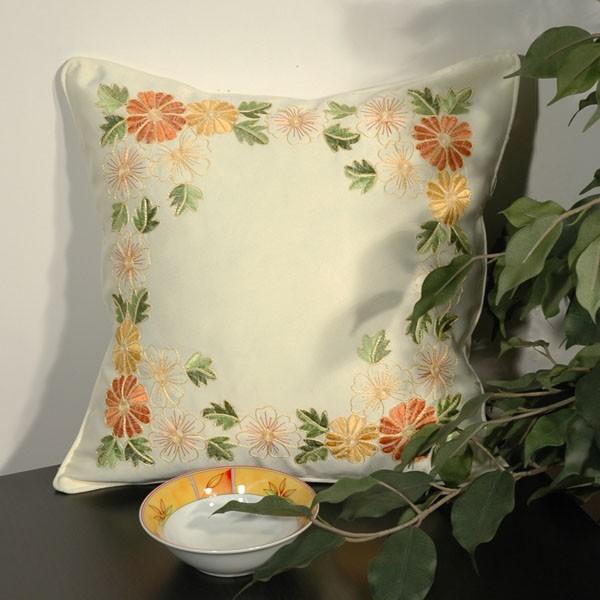 Наволочка Schaefer, цвет: бежевый, 40 х 40 см 05738-50105738-501Наволочка Schaefer, выполненная из полиэстера, предназначена для декоративных подушек. За текстилем из полиэстера очень легко ухаживать: он легко стирается, не мнется, не садится и быстро сохнет, более долговечен, чем текстиль из натуральных волокон. Изделие декорировано красивой цветочной вышивкой. Застегивается на молнию. Подушка с такой наволочкой добавит в ваш дом стиля, уюта и неповторимости.