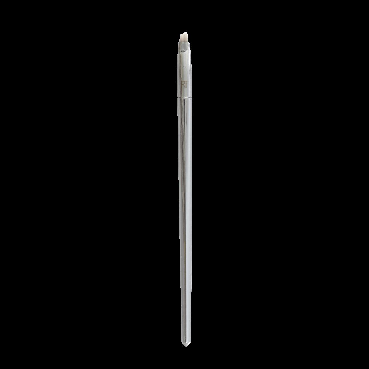 Real Techniques Кисть для подводки ANGLED LINER 202RT1405Кисть 202 angledliner от RealTechniques создана для безупречного нанесения подводки для глаз. Усовершенствованная ручка имеет оптимальную длину и ширину, благодаря чему кисть очень удобно лежит в руке, значительно упрощая процесс создания идеальных стрелок. Короткий скошенный ворс отличается одновременно удивительной мягкостью и упругостью, что позволяет легко рисовать стрелки различной ширины. Кисть равномерно распределяет текстуру подводки, не создавая разводов и неровностей в цвете. Ворс не вызывает раздражения,не колет и не царапает кожу. Кроме того, он не линяет и не пушится, благодаря чему линия подводки всегда получается ровной и аккуратной. Искусственный ворс - таклон ручной набивки и стрижки