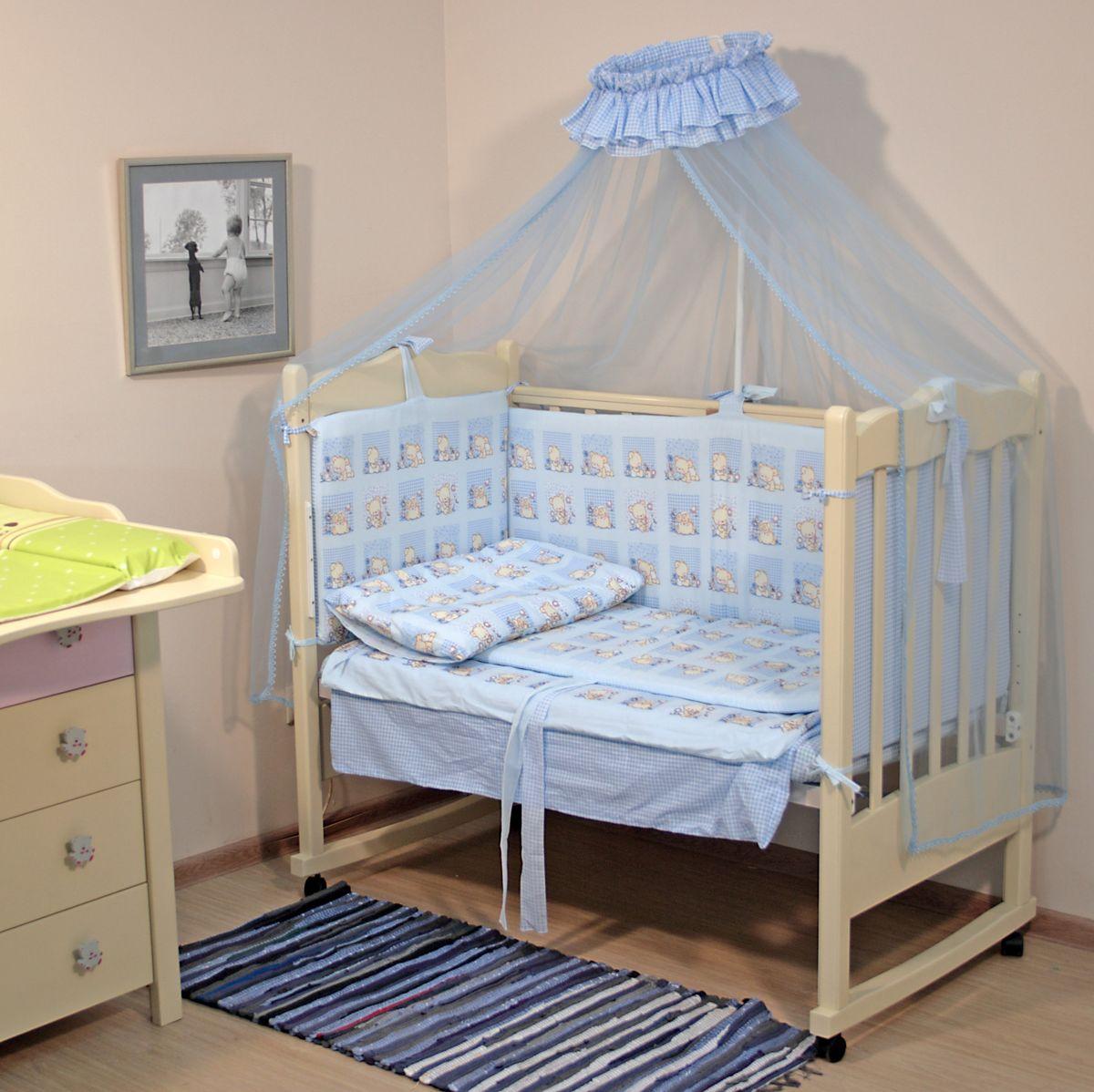Топотушки Комплект детского постельного белья Мишутка цвет голубой 7 предметов4630008873847Комплект постельного белья из 7 предметов включает все необходимые элементы для детской кроватки. Комплект создает для Вашего ребенка уют, комфорт и безопасную среду с рождения, современный дизайн и цветовые сочетания помогают ребенку адаптироваться в новом для него мире. Комплекты «Топотушки» хорошо вписываются в интерьер как детской комнаты, так и спальни родителей. Как и все изделия «Топотушки» данный комплект отражает самые последние технологии, является безопасным для малыша и экологичным. Российское происхождение комплекта гарантирует стабильно высокое качество, соответствие актуальным пожеланиям потребителей, конкурентоспособную цену. Комплектация: Балдахин 3м (сетка); охранный бампер 360х50см. (из 4-х частей, наполнитель – холлофайбер); подушка 40х60см. (наполнитель – холлофайбер); одеяло 140х110см. (наполнитель – холлофайбер); наволочка 40х60см; пододеяльник 147х112см; простынь на резинке 120х60см