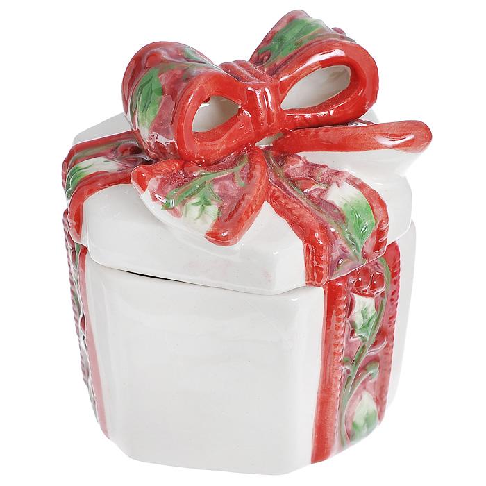 Шкатулка декоративная House & Holder Подарок, цвет: красный, белый, зеленый, 10,5 х 8 х 9 см.EY22259Шкатулка Подарок выполнена из фарфора. Крышка шкатулки украшена пышным красно-зеленым бантом. Шкатулка отлично подойдет для хранения необходимых мелочей, а также для красочного оформления подарка. Новогодние украшения приносят в дом волшебство и ощущение праздника. Создайте в своем доме атмосферу веселья и радости, украшая всей семьей комнату нарядными игрушками, которые будут из года в год накапливать теплоту воспоминаний. Внешний размер шкатулки: 10,5 х 8 х 9 см. Внутренний размер шкатулки: 5 х 7,5 х 8 см. Размер упаковки: 11 х 9 х 9,5 см.