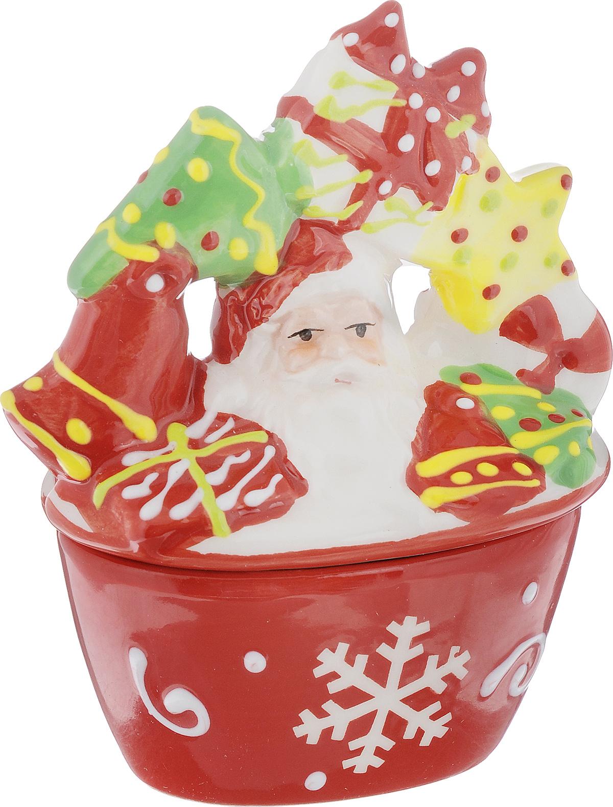 Конфетница House & Holder, с крышкой, 9 х 5 х 11 смYM116017-4Конфетница House & Holder выполнена из высококачественной керамики, оснащена крышкой с изображение Деда Мороза с подарками. Изделие оформлено в новогоднем стиле. Конфетница оригинально украсит ваш стол и подчеркнет изысканный вкус хозяйки. Размер конфетницы (без учета крышки): 7,3 х 4,7 х 4 см. Размер конфетницы (с учетом крышки): 19,5 х 14 х 20,5 см.