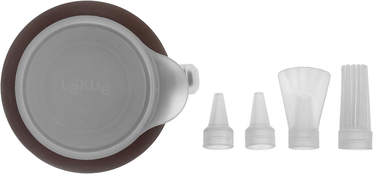 Декоратор Lekue Decopen, 4 насадки, цвет: коричневый3403100M02M017Декоратор Lekue Decopen выполнен из силикона и имеет очень удобную конструкцию, позволяющую сменить насадку-дозатор в процессе украшения блюда. В качестве материала для росписи могут использоваться крема, сахарная глазурь, кетчуп, майонез, соус, которые легко набираются в декоратор. Благодаря тому, что декоратор плотно закрывается крышкой, его можно положить в холодильник на хранение или охладить наполнитель в случае необходимости. К тому же, плотно закрытая крышка позволит вашим рукам всегда оставаться чистыми. Материал, из которого сделан декоратор, гарантирует, что он прослужит на протяжении многих лет, будет легок и полезен в использовании, и станет маленьким секретом идеальной хозяйки. В комплекте - 4 съемные силиконовые насадки. Декоратор можно использовать в микроволновой печи, холодильнике и мыть в посудомоечной машине. Размер декоратора (без учета насадок и носика): 8,5 х 8,5 х 4 см. Средний размер насадки: 1,8 х 1,8 х 4,1...