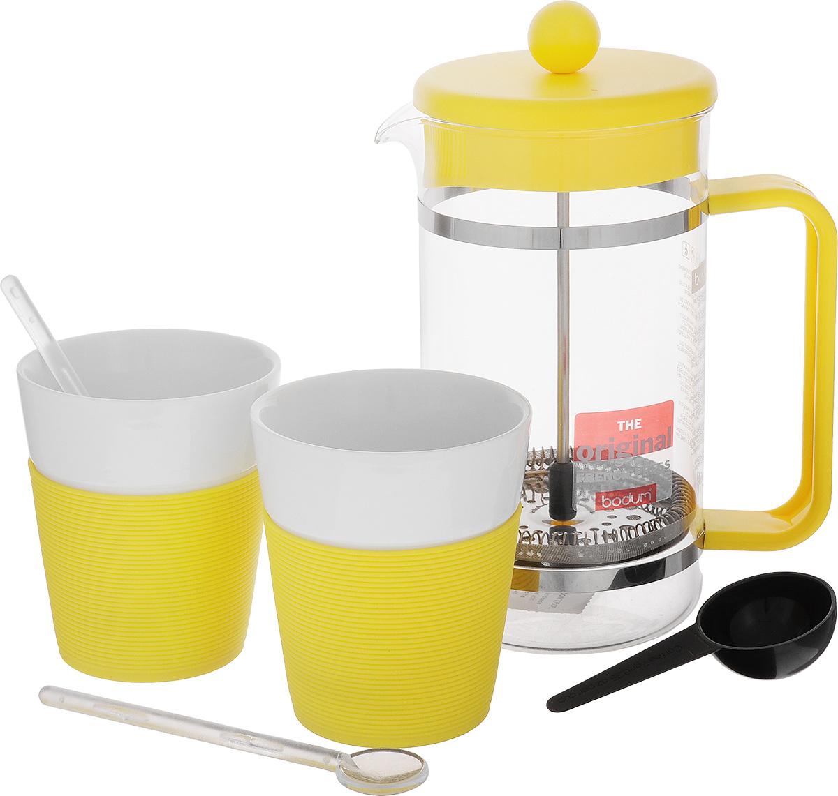 Набор кофейный Bodum Bistro, цвет: желтый, белый, 5 предметовAK1508-957-Y15Кофейный набор Bodum Bistro состоит из чайника френч-пресса, 2 стаканов и 2 ложек. Френч-пресс выполнен из высококачественного жаропрочного стекла, нержавеющей стали и пластика. Френч-пресс - это заварочный чайник, который поможет быстро приготовить вкусный и ароматный чай или кофе. Металлический нержавеющий фильтр задерживает чайные листочки и частички зерен кофе. Засыпая чайную заварку или кофе под фильтр, заливая горячей водой, вы получаете ароматный напиток с оптимальной крепостью и насыщенностью. Остановить процесс заваривания легко, для этого нужно просто опустить поршень, и все уйдет вниз, оставляя сверху напиток, готовый к употреблению. Для френч-пресса предусмотрена специальная пластиковая ложечка. Элегантные стаканы выполнены из высококачественного фарфора и оснащены резиновой вставкой, защищающей ваши руки от высоких температур. В комплекте - 2 мерные ложечки, выполненные из пластика. Яркий и стильный набор украсит стол к...