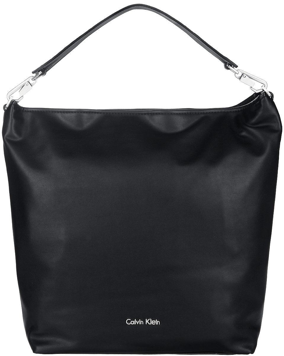 Сумка женская Calvin Klein Jeans, цвет: черный. K60K601383K60K601383Стильная женская сумка Calvin Klein выполнена из полиуретана, оформлена металлической фурнитурой с символикой бренда. Изделие содержит одно вместительное отделение и закрывается на молнию. Внутри расположены два накладных кармана и врезной карман на молнии. Сумка оснащена съемной широкой лямкой для переноски. Оригинальный аксессуар от Calvin Klein позволит вам завершить образ и быть неотразимой.