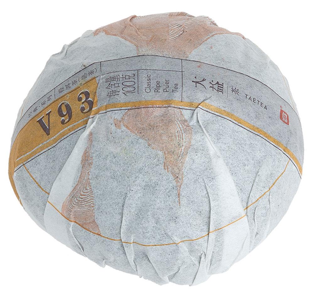 Чай Пуэр Шу V93 точа 2015 год, 100 г0120710Чай Пуэр Шу V93 вряд ли нуждается в представлении. Однако пару слов о нем сказать все-таки нужно. В прошлом 2014 году мэнхайская чайная фабрика изменила ставший уже узнаваемым дизайн упаковки. Качество сырья осталось на высоте, так же как и всем знакомый бархатно-сливочный вкус. Он держится на протяжении 7-8 заварок, и радует насыщенностью вкусовых характеристик. В нем можно найти и привычную всем землистость шу пуэров, и свежее сладковатое послевкусие, которое дают чайные почки. Чайный настой блестящий, ровный прозрачный, что свидетельствует о высоком качестве чайного сырья.Рекомендации по завариванию: Отломите 3-5 г чая при помощи ножа или чайного шила. Залейте кипяток в чайник до половины на 10-15 секунд, а затем слейте полученный настой. Первую промывку пить не рекомендуется. Залейте кипяток (95-100°C) в чайник на 1-2 минуты. Перелейте чай в чашку и наслаждайтесь.