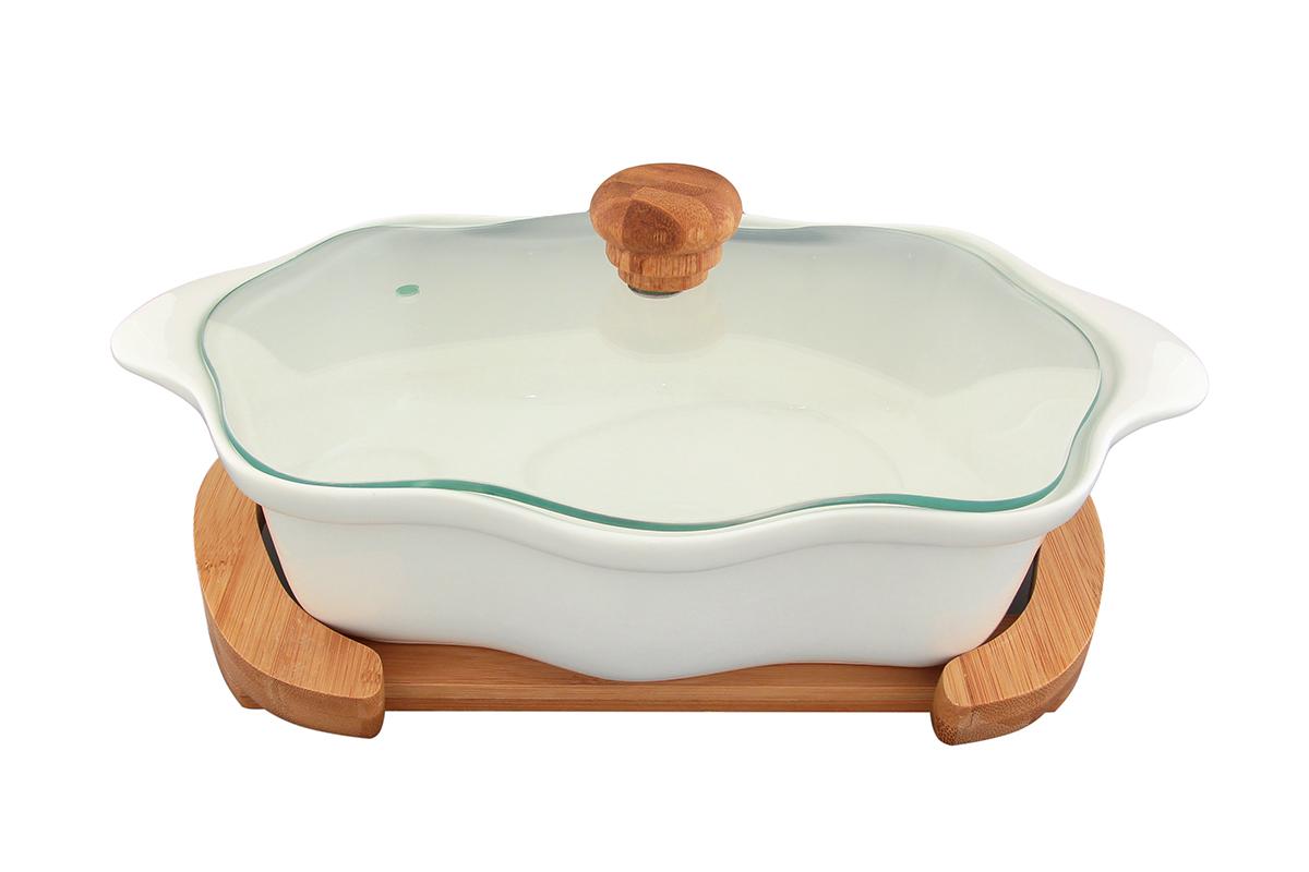 Блюдо для запекания и сервировки Elan Gallery Айсберг, с крышкой, с подставкой, 32 х 19,5 см94672Блюдо для запекания и сервировки Elan Gallery Айсберг, изготовленное из высококачественной керамики, идеально подойдет для приготовления блюд в духовке и микроволновой печи. Посуда выдерживает температуру от -24°C до +220°С. Изделие оснащено стеклянной прозрачной крышкой с ручкой из дерева и отверстием для вывода пара. Деревянная подставка из бамбука снабжена ручкамидля комфортного использования и переноски. Блюдо станет отличным дополнением к вашему кухонному инвентарю и подчеркнет ваш прекрасный вкус. Можно использовать в микроволновой печи, духовке и холодильнике. Крышка не предназначена для использования при высоких температурах. Размер блюда (с учетом ручек): 32 х 19,5 см. Размер блюда (без учета ручек): 26,5 х 19,5 см.Высота стенки: 7 см. Размер подставки: 28 х 19 х 2,5 см.Объем блюда: 1,5 л.