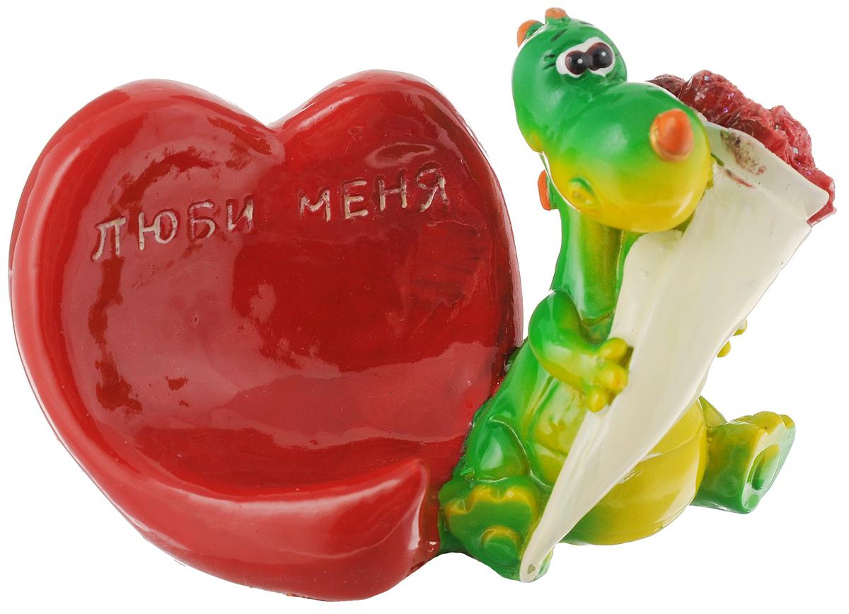 Статуэтка декоративная Lunten Ranta Дракончик. Я влюблен, с подставкой для телефона, цвет: красный, зеленый59132_красный, зеленыйОчаровательная статуэтка Lunten Ranta Дракончик. Я влюблен станет оригинальным подарком для всех любителей стильных вещей. Она выполнена из полирезина в виде дракончика с букетом цветов и имеет удобную поставку под телефон. Изысканный сувенир станет прекрасным дополнением к интерьеру. Вы можете поставить статуэтку в любом месте, где она будет удачно смотреться и радовать глаз. Общий размер статуэтки (с учетом подставки): 11,5 х 6 х 7 см. Размер подставки: 6,5 х 6 х 6 см.