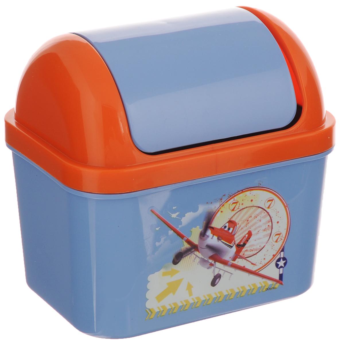 Контейнер для мусора Полимербыт Тачки-самолеты, 500 млС49077_оранжевый, голубойДетский контейнер для мусора Полимербыт Тачки-самолеты выполнен из высококачественного пластика и украшен изображением героя мультфильма. Изделие оснащено плавающей крышкой. Такой контейнер подойдет для выбрасывания небольших отходов, таких как бумага, стружка карандаша, фантики. Размер контейнера (с учетом крышки): 11,5 х 8 х 15 см. Размер контейнера (без учета крышки): 11,5 х 8 х 11 см.