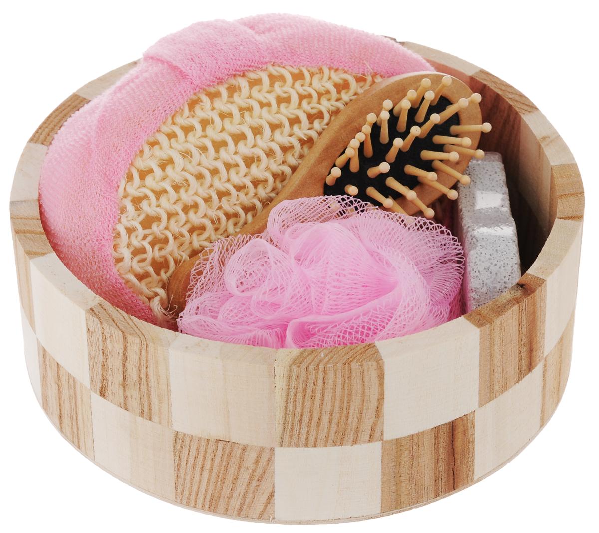 Набор для ванной и бани Феникс-Презент Розовое облако, 5 предметов40636Набор для ванной и бани Феникс-презент Розовое облако включает: - массажная щетка для волос из древесины павловнии, - мочалка для купания из сизаля, - мочалка для купания из полиэтилена, - пемза для ухода за кожей, - лохань из древесины тополя. Такой мини-набор станет не заменимым и сделает банную процедуру еще более комфортной и расслабляющей. Размер мочалки из сизаля: 14 х 10,3 х 5,3 см. Диаметр мочалки из полиэтилена: 9,5 см. Размер щетки для волос: 12 х 4 х 2,2 см. Диаметр лохани: 17,5 см. Высота лохани: 6 см. Размер пемзы: 9,5 х 4,2 х 1,5 см.