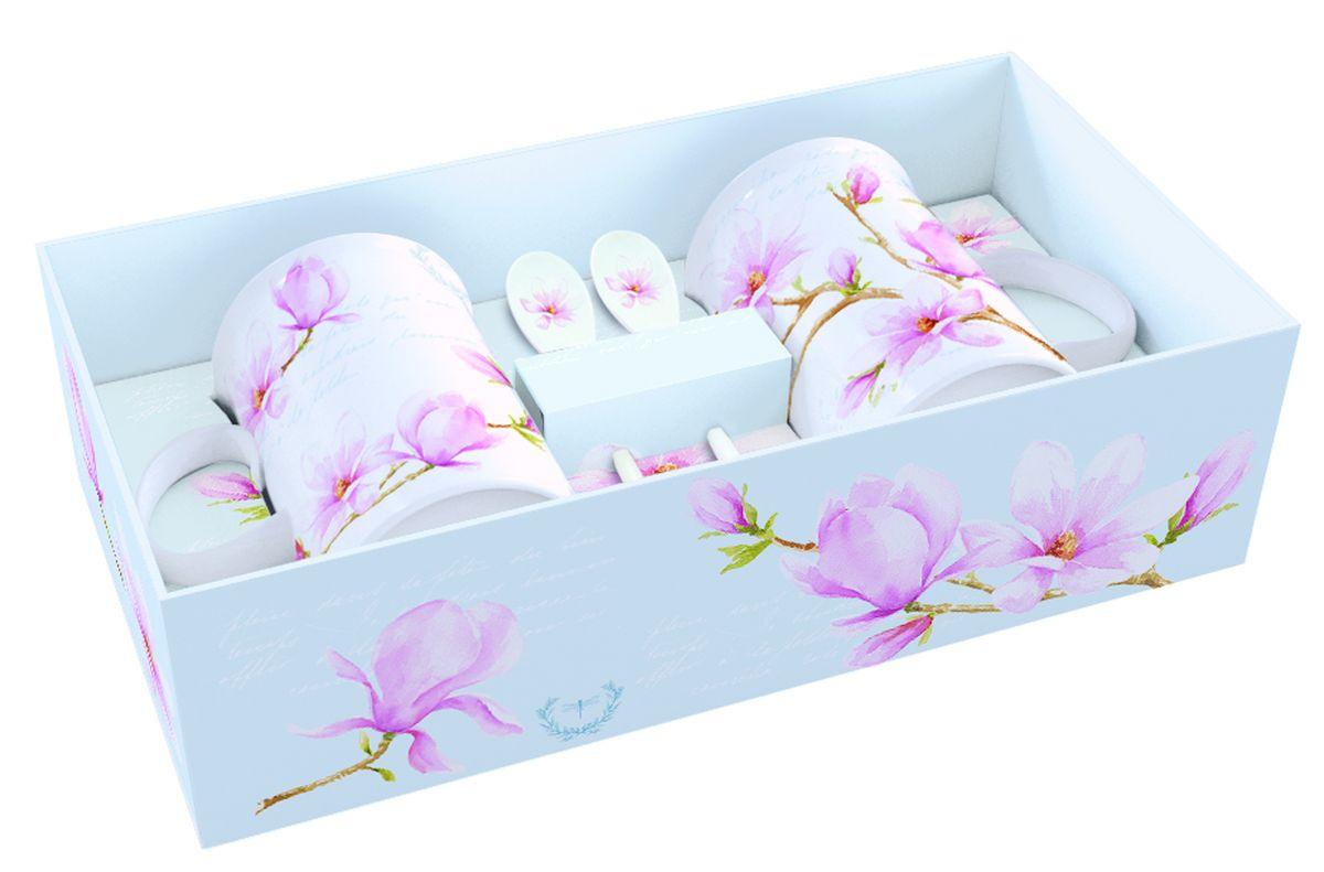 Набор кружек Nuova R2S Розовая магнолия, с ложками, 4 предметаVT-1520(SR)Набор Nuova R2S Розовая магнолия состоит из двух кружек и двух ложек. Предметы набора изготовлены из высококачественного фарфора и оформлены изображением цветов. Набор прекрасно подойдет для вашей кухни и великолепно украсит стол.Изящный дизайн и красочность оформления набора придутся по вкусу и ценителям классики, и тем, кто предпочитает утонченность и изысканность. Объем кружки: 300 мл.