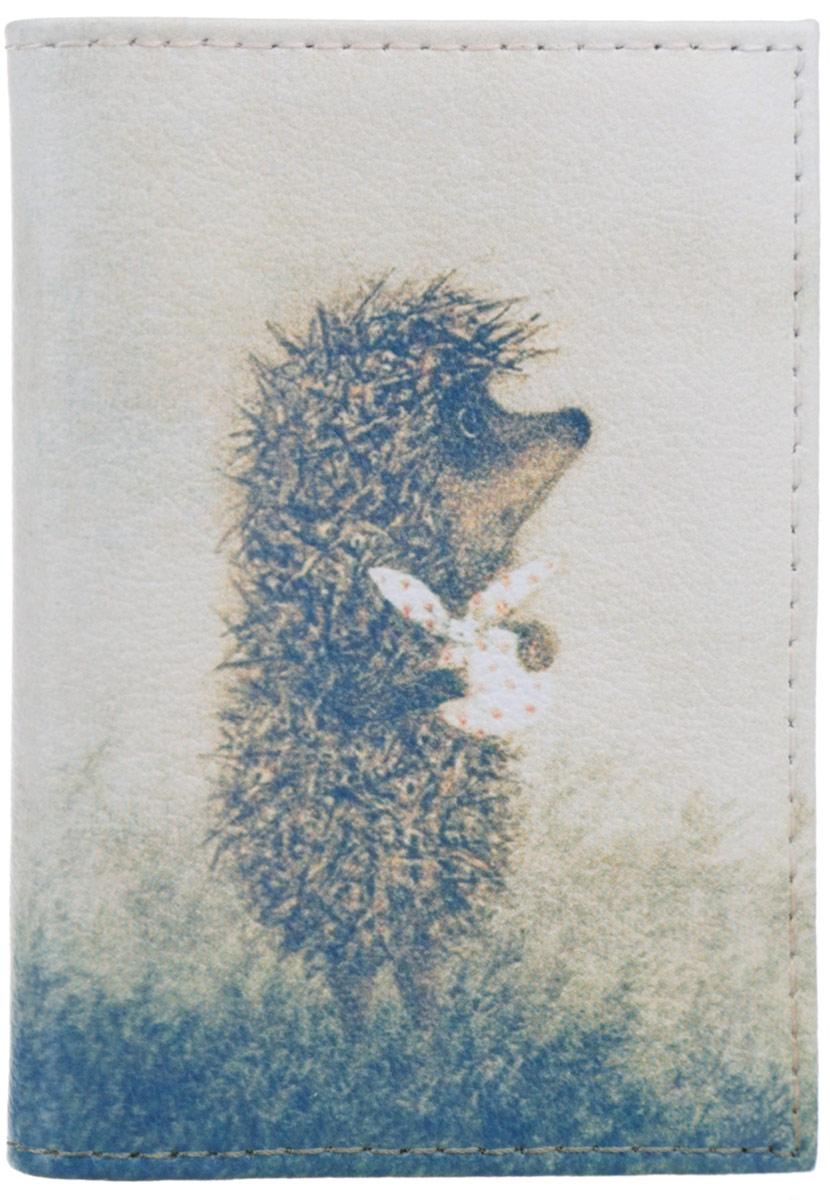 Визитница Mitya Veselkov Ежик с котомкой, цвет: молочный, серо-голубой, коричневый. VIZIT-009VIZIT-009Оригинальная визитница Mitya Veselkov Ежик с котомкой прекрасно подойдет для хранения визиток и пластиковых карт. Визитница выполнена из натуральной кожи и оформлена изображением персонажа мультфильма Ежик в тумане. Внутри содержится съемный блок из прозрачного мягкого пластика на восемнадцать визиток и два прозрачных боковых кармана. Стильная визитница подчеркнет вашу индивидуальность и изысканный вкус, а также станет замечательным подарком человеку, ценящему качественные и практичные вещи.