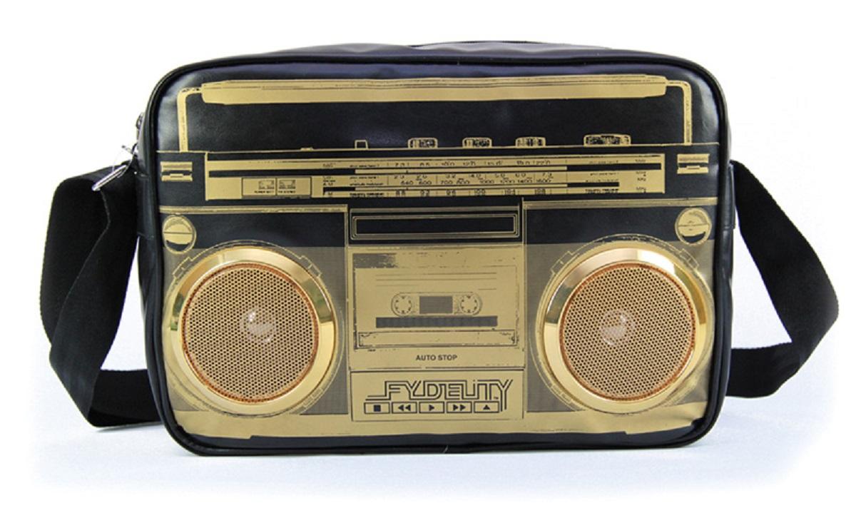 Сумка молодежная Fydelity G-Force Shoulder Bag, цвет: черный, золотой, 7 л92410Водонепроницаемые Hi-Fi stereo 3 Ватт динамики с усилителем. Отношение сигнал/шум: 60 ДБ. Легкое подключение телефона, mp3, CD плеера, iPod/iPad через 3,5мм стереоджек. Отделения для iPod/iPhone для быстрого и удобного доступа к вашему плееру. Источник питания: 4 батарейки типа AA (пальчиковые), для непрерывного 10-часового звучания. Диапазон воспроизводимых частот: 150 Гц ~ 20 кГц.