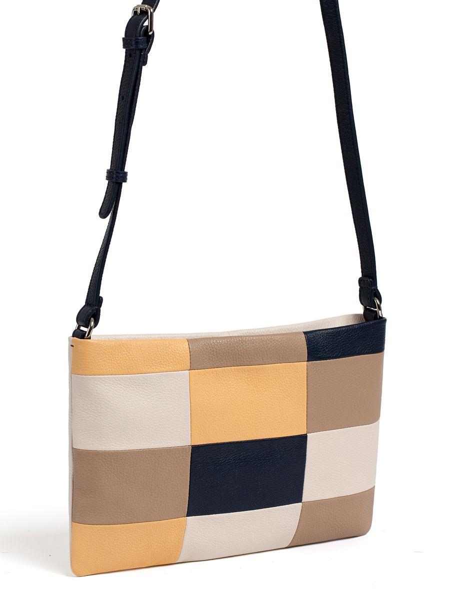 Сумка женская Pimo Betti, цвет: серо-бежевый, темно-бежевый, темно-синий. 13817B2-W23-47670-00504Модная женская сумка Pimo Betti выполнена из натуральной кожи. Изделие имеет одно отделение, которое закрывается застежку-молнию. Внутри сумки находятся прорезной карман на застежке-молнии и два накладных открытых кармана. Снаружи, на задней стенке расположен прорезной карман на застежке-молнии. Сумка оснащена регулируемым наплечным ремнем.