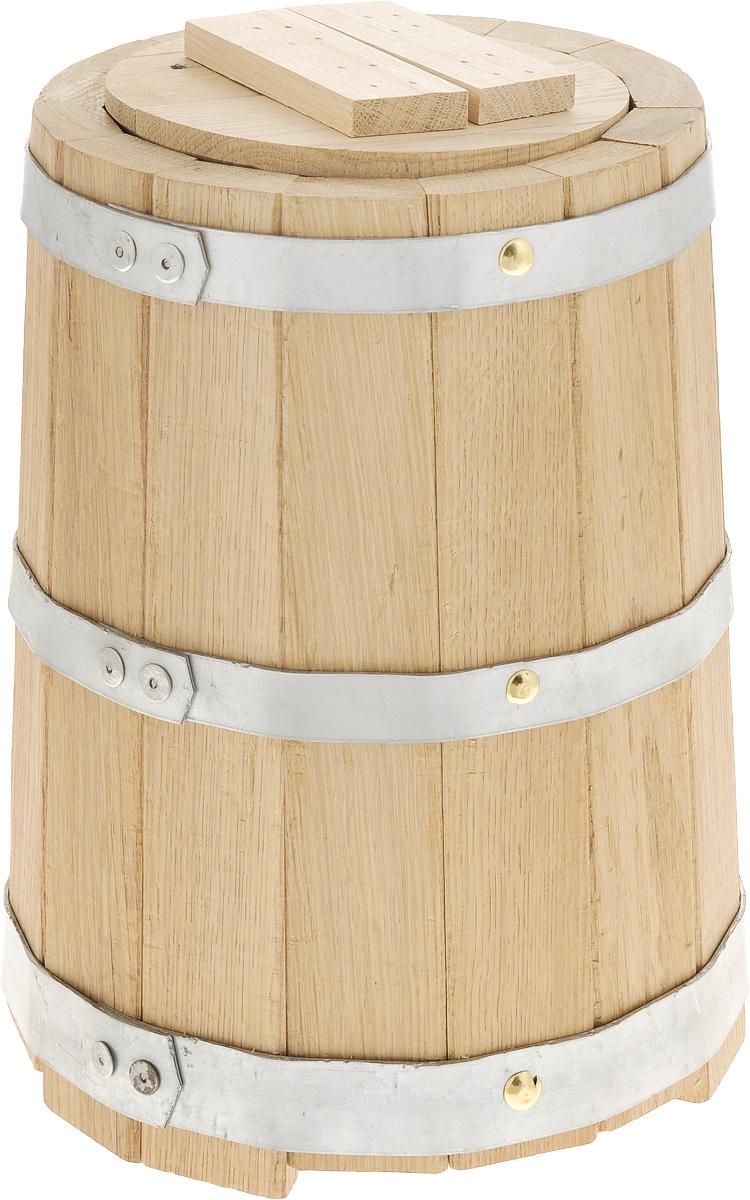 Кадка для бани Proffi Sauna, с гнетом, 5 лPH0210Кадка с гнетом Proffi Sauna выполнена из брусков дуба, стянутых тремя металлическими обручами. Она прекрасно подойдет для замачивания веника или других банных процедур, а также для хранения солений. Кадка является одной из тех приятных мелочей, без которых не обойтись при принятии банных процедур. Эксплуатация бондарных изделий. Перед первым использованием бондарное изделие рекомендуется подготовить. Для этого нужно наполнить изделие холодной водой и оставить наполненным на 2-3 часа. Затем необходимо воду слить, обдать изделие сначала горячей, потом холодной водой. Не рекомендуется оставлять бондарные изделия около нагревательных приборов, а также под длительным воздействием прямых солнечных лучей. С момента начала использования бондарного изделия не рекомендуется оставлять его без воды на срок более 1 недели. Но и продолжительное время хранить в таких изделиях воду тоже не следует. После каждого использования необходимо вымыть и ошпарить изделие...