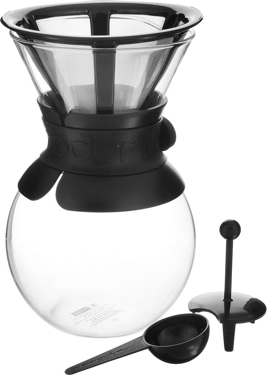 Кофейник Bodum Pour Over, с фильтром, цвет: прозрачный, черный, 1 л11571-01Кофейник с фильтром Bodum Pour Over предназначен для заваривания кофе. Он гарантирует великолепный, богатый вкус и стойкий аромат при одновременном сохранении натуральных эфирных масел молотого кофе. Кофейник изготовлен из боросиликатного термостойкого стекла, снабжен специальной пластиковой вставкой с силиконовым ремешком, чтобы не обжечь руки. Фильтр выполнен из пластика с сеткой из коррозионностойкой стали. Кофейник очень прост в использовании. Заполните воронку молотым кофе, предназначенным для приготовления капельным способом. Медленно вливайте горячую воду, дайте воде просочиться сквозь кофе, готовый кофе будет капать в емкость. В комплекте предусмотрена специальная мерная ложечка на 7 грамм кофе. Диаметр емкости (по верхнему краю): 12 см. Высота емкости (без учета крышки): 21 см. Размер фильтра: 17 х 13,5 х 10 см. Длина ложки: 10 см.