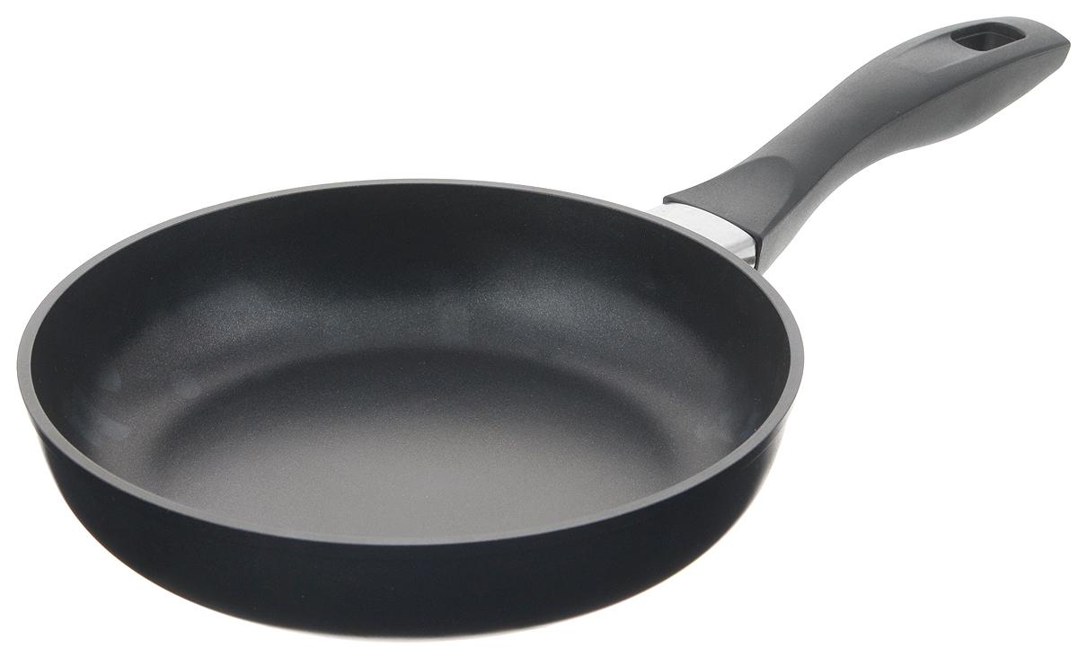 Сковорода Биол, с антипригарным покрытием. Диаметр 22 см. 2213П2213ПСковорода Биол выполнена из литого алюминия с утолщенным дном и оснащена удобной бакелитовой ручкой. Благодаря внутреннему антипригарному эко-покрытию пища не пригорает и не прилипает к стенкам. Готовить можно с минимальным количеством масла и жиров. Гладкая поверхность обеспечивает легкость ухода за посудой. Посуда равномерно распределяет тепло и обладает высокой устойчивостью к деформации, легкая и практичная в эксплуатации. Подходит для использования на электрических, газовых и стеклокерамических плитах. Не подходит для индукционных плит. Можно мыть в посудомоечной машине. Диаметр сковороды: 22 см. Высота стенки: 5 см. Длина ручки: 18,5 см.
