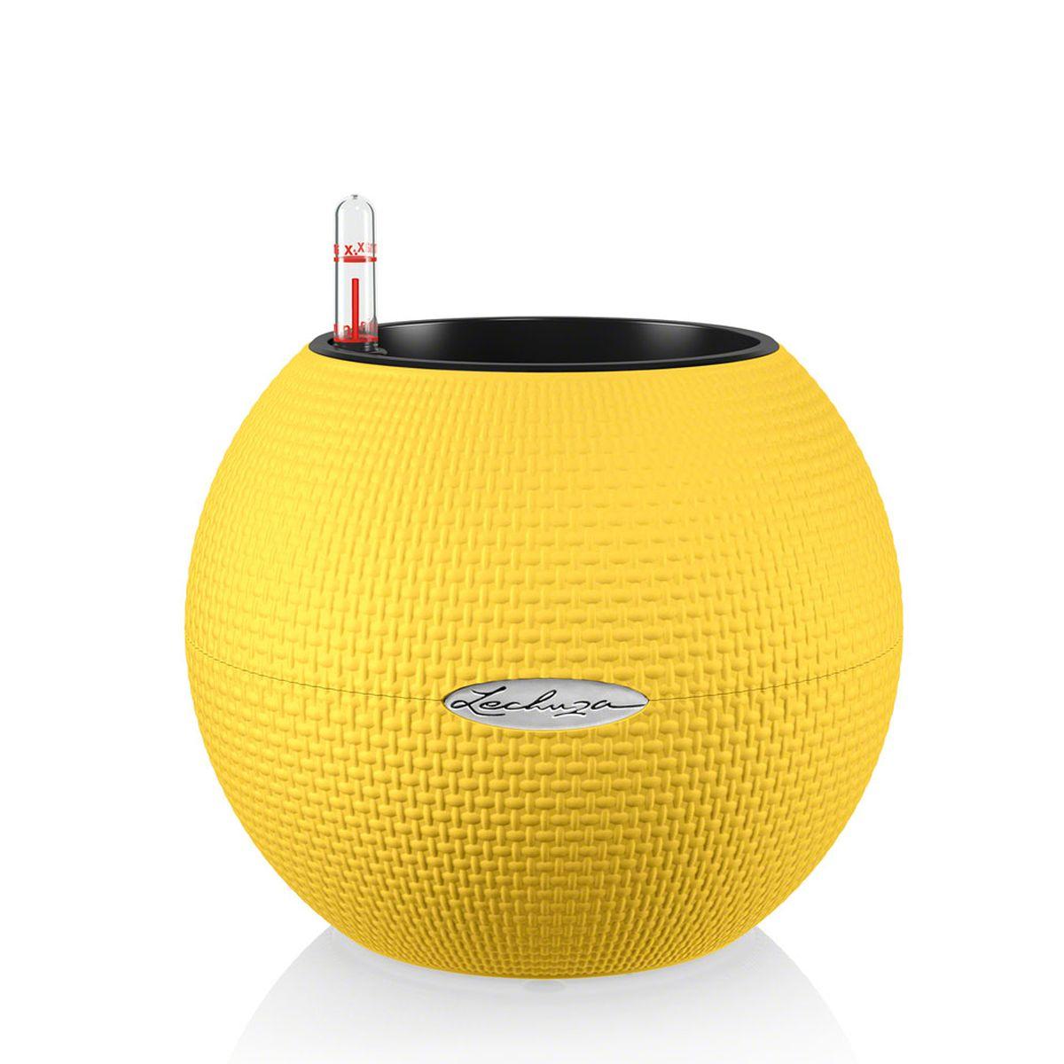 Кашпо Lechuza Color Puro, с системой автополива, цвет: желтый, диаметр 20 см13367Круглое кашпо Lechuza Color Puro, выполненное из высококачественного пластика, имеет уникальную систему автополива, благодаря которой корневая система растения непрерывно снабжается влагой из резервуара. Уровень воды в резервуаре контролируется с помощью специального индикатора. В зависимости от размера кашпо и растения воды хватает на 2-12 недель. Это способствует хорошему росту цветов и предотвращает переувлажнение. В набор входит: кашпо, внутренний горшок, индикатор уровня воды, резервуар для воды. Внутренний горшок, оснащенный выдвижными ручками, обеспечивает: - легкую переноску даже высоких растений; - легкую смену растений; - можно также просто убрать растения на зиму; - винт в днище позволяет стечь излишней дождевой воде наружу. Кашпо Lechuza Color Puro прекрасно впишется в интерьер больших холлов, террас ресторанов и уютных гостиных. Изделие поможет расставить нужные акценты и придаст помещению вид, соответствующий...