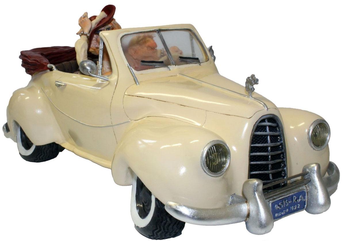 Статуэтка Gillermo Forchino КабриолетFO85004Огромное состояние, которое сколотил аргентинский миллионер Марсело Кастаньо на продаже зубочисток, позволило ему купить шесть загородных вилл, два телеканала, триста тысяч акров земли, девяностометровую яхту, коллекцию из двадцати двух автомобилей и этот сказочный кабриолет выпуска 1952г. Он говорит, что деньги его не интересуют вовсе. Для этого короля зубочисток самым важным в жизни было найти настоящую Любовь - вот что было главной мечтой Марсело Кастаньо! И эта мечта воплотилась для него в его обожаемой жене, с которой он, после роскошной церемонии бракосочетания в Лас-Вегасе, разделил свою жизнь на целых два дня!!!