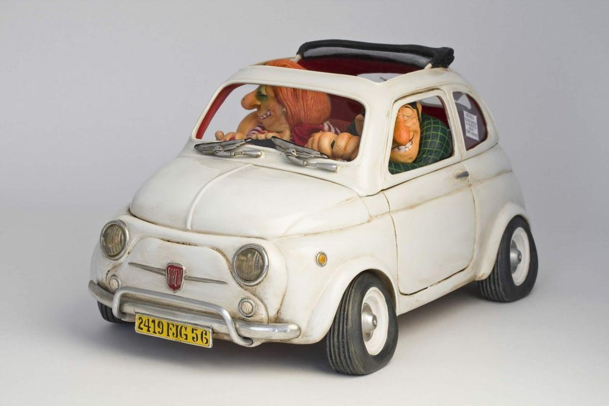Статуэтка Gillermo Forchino Маленькая ПрелестьFO85065Как продавец Данте был асом. Он мог продать холодильник эскимосам и шампунь лысому человеку, он гордился тем, что продал песок арабскому шейху. А спустя шесть месяцев после открытия своего бизнеса по продаже подержанных машин его прибыль быстро пошла вверх. Когда он достиг 50 лет, то решил изменить свою жизнь. Он покрасил свои волосы и усы в черный угольный цвет, сделал маникюр, поменял свой гардероб на солидные жилеты, вышитые рубашки и ботинки из кожи крокодила. Все было бы великолепно, если бы несколько покупателей не предприняли ограбление его магазина, во время которого один из грабителей огромным крестом выбил хозяину зуб. Данте даже не расстроился, он пошел к дантисту и вставил себе золотой зуб. Теперь он считает, что имеет не только лучшую улыбку, но даже стал выглядеть намного более солидно, что делает его неотразимым в глазах женщин.