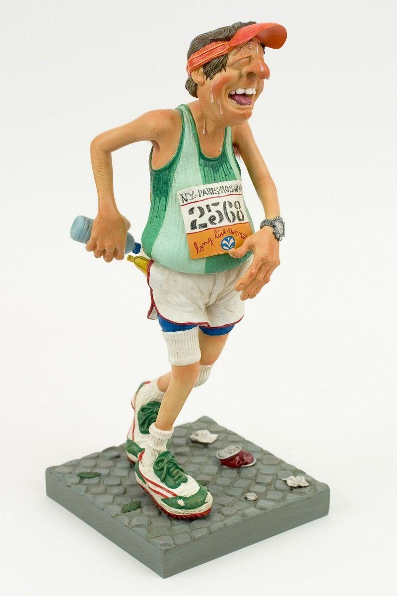 Статуэтка Gillermo Forchino БегунFO85513Гордость не позволяла Мауро Мачадо допустить, чтобы его жена считала, что в юности он имел такой же живот, как и теперь. Он решил, что лучший способ доказать ей обратное – это начать бегать, и он зарегистрировался для участия в ежегодном марафоне. Когда был дан старт, он мгновенно протиснулся сквозь толпу бегунов и оказался впереди всех. Первые пятьдесят метров дистанции, он не мог поверить в это, но он бежал один впереди всех. Довольный собой, он ощущал себя газелью. Через сто метров первые бегуны начали настигать его. Через пятьсот метров он снова бежал один, наблюдая, как другие спортсмены далеко впереди продолжали дальше и дальше убегать по дистанции. Он не мог понять, был ли причиной его безумный прорыв в начале гонки или то, что он осушил две бутылки с водой, но через семьсот метров он почувствовал боль в левом боку. Через восемьсот метров все его движения стали такими, как при замедленной съемке. Мауро был как будто во сне, он не чувствовал ни рук, ни ног, ему казалось, что он...