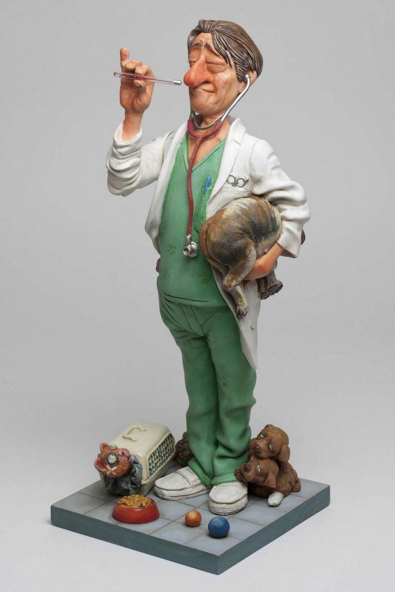 Статуэтка Gillermo Forchino ВетеринарFO85525«Нет, нет и нет!» - пронзительно кричал доктор Эдгардо Чино своему ассистенту в клинике «Счастливый питомец». – «Я уже сказал тебе нет!.. Я лечу только живых зверей. Скажи этому ребенку, чтобы он отнес своего мишку в магазин игрушек и…» , - когда вдруг дверь отворилась и в кабинет, плача, вошла маленькая девочка, держа в руках медвежонка с распоротым животом. Она ласково посмотрела на доктора и сказала: «Пожалуйста, доктор, Вы можете его спасти?» Доктор воздел глаза к небу, вздохнул, взял в руки медвежонка и, погладив девочку по голове, сказал: «Я считаю, что это особый случай. Давай посмотрим, что мы можем сделать.» Он взял маленькую иголку и хирургическую нить и аккуратно зашил не только живот, но и лапу, ухо и хвост. На всю операцию потребовалось полчаса и пациент стал выглядеть, как новенький. «Работа успешно завершена» - сказал ветеринар, возвращая девочке медвежонка. «Доктор, - сказал ребенок, - а теперь не могли бы Вы помочь еще и Паките?» Девочка опустила руку в карман и...