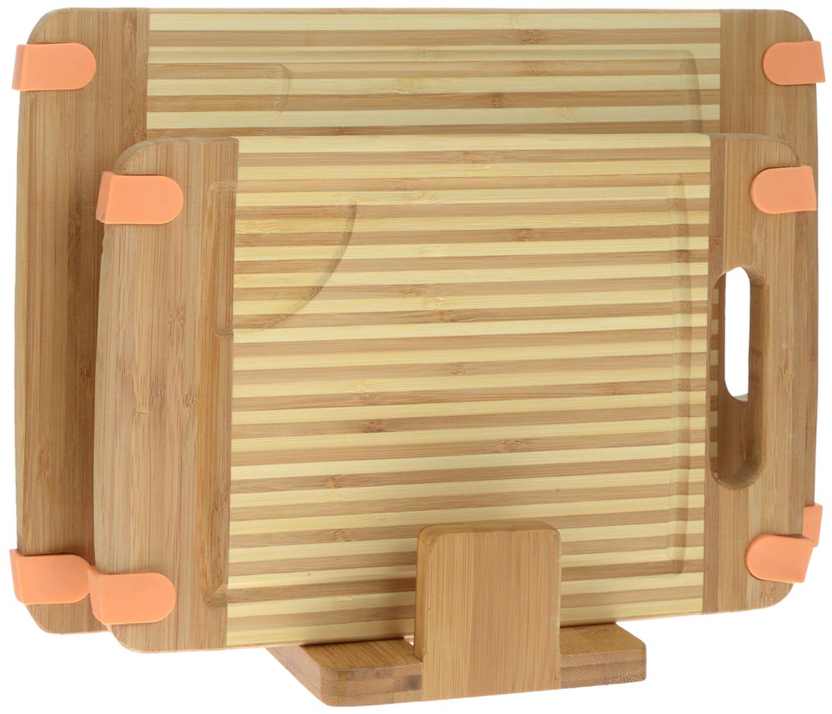 Набор разделочных досок Mayer & Boch, на подставке, 2 шт. 2259094672Набор Mayer & Boch состоит из двух прямоугольных разделочных досок и подставки. Изделия выполнены из экологически чистого бамбука. Бамбук является возобновляемым ресурсом, что делает его безопасным для использования. Не содержит красителей - перманентная краска не выцветает и не смывается. Бамбук впитывает влагу в маленьких количествах и обладает естественными антибактериальными свойствами. Доски отлично подходят для приготовления и измельчения пищи, а также для сервировки стола. Специальные силиконовые накладки предотвращают скольжение. Доски снабжены ручкой для комфортного использования, а также выемками по краю для стока жидкости. Такой набор станет практичным и полезным приобретением для вашей кухни. Размер досок: 35 х 25 х 1,6 см; 30 х 20 х 1,6 см. Размер подставки: 15 х 13 х 6 см.