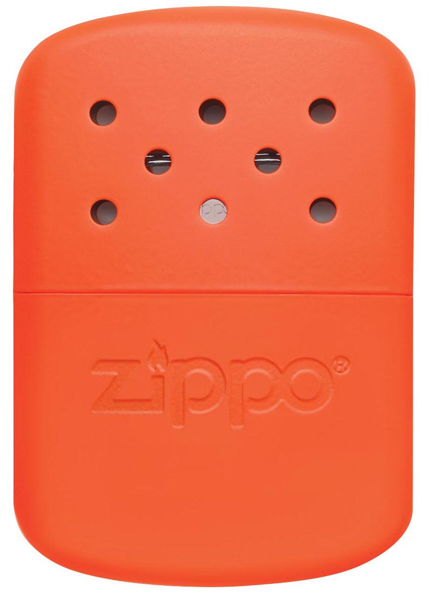 Каталитическая грелка Zippo. 4037840378Каталитическая бензиновая грелка для рук. Удобная и компактная, легко помещается в кармане или перчатке. Непрерывная работа возможна в течении более 12 часов. Будет полезна туристам, охотникам, рыболовам, тем, чья работа связана с долгим пребыванием на холоде. Грелка Zippo Blaze Orange выделяет тепло путем каталитического горения. Пары топлива проходят через каталитический патрон, где окисляются кислородом – происходит беспламенное горение. Полной заправки хватает более чем на 12 часов работы (у грелок с новым катализатором фактически более 24 часов). Катализатор – стекловолокно, покрытое тонким слоем платины. Для заправки настоятельно рекомендуется специальное очищенное топливо Zippo, так как использование обычного бензина быстро загрязнит катализатор, приведя его в негодность. Грелка Zippo имеет небольшой размер, что позволяет хранить ее в любом кармане или перчатке. Корпус грелки нагревается до 70° C, поэтому держать ее необходимо, предварительно поместив в...