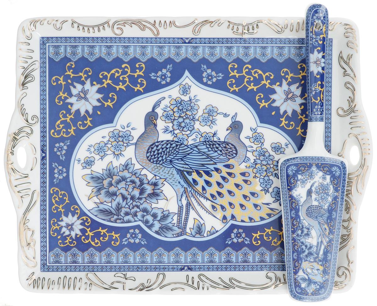 Поднос Elan Gallery Синий павлин, с лопаткой, 29 х 22,5 см180780Прямоугольный поднос Elan Gallery изготовлен из высококачественной керамики и оформлен красочным изображением птиц. Поднос оснащен невысокими бортиками и ручками, благодаря которым его удобно переносить. Может использоваться как для сервировки, так и для декора кухни. Поднос прекрасно дополнит интерьер и добавит в обычную обстановку нотки романтики и изящности. В комплект входит специальная лопатка. Не рекомендуется применять абразивные моющие средства. Не использовать в микроволновой печи. Размер подноса: 29 х 22,5 х 2 см. Длина лопатки: 24 см.