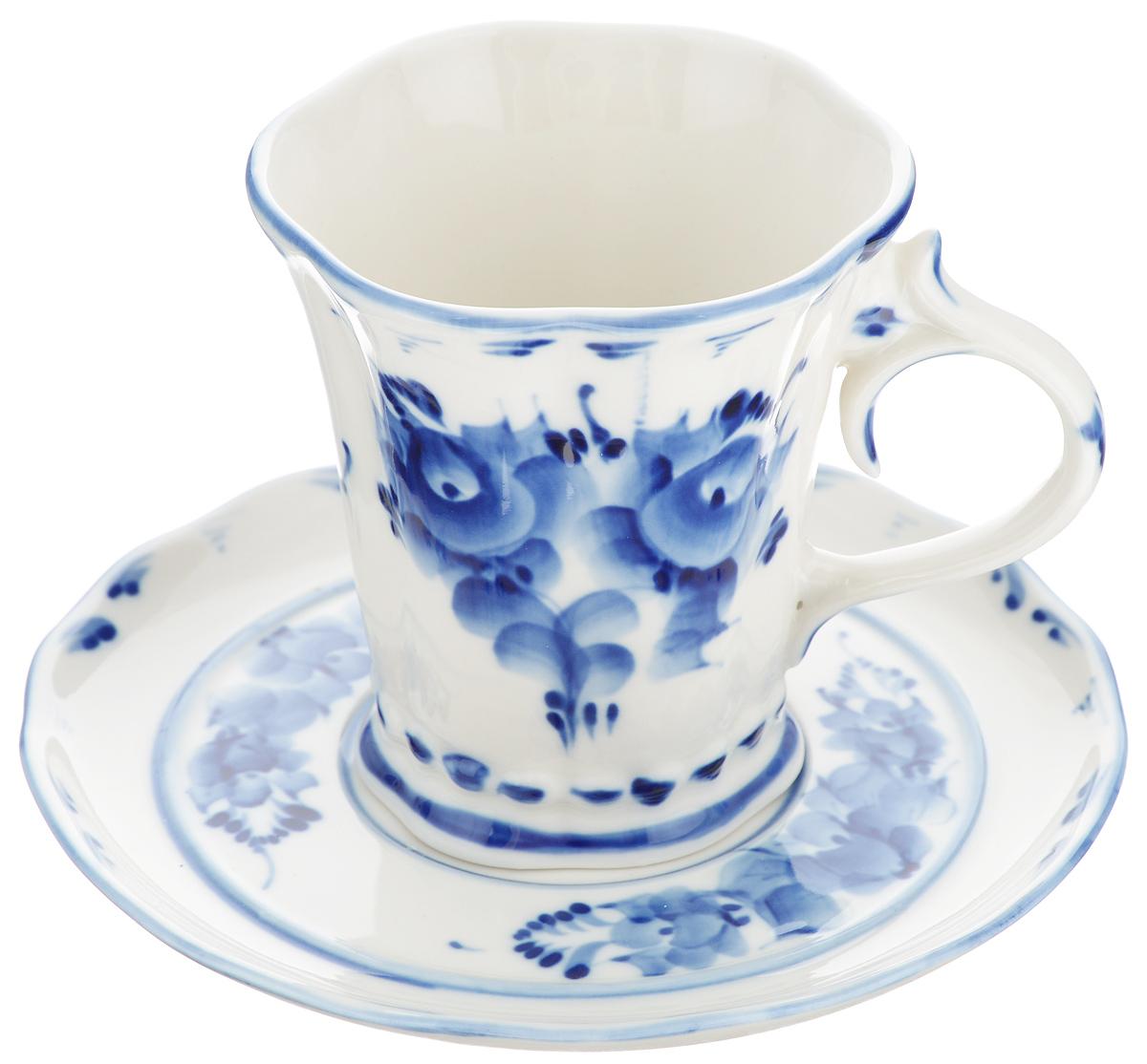 Чайная пара Катерина, цвет: белый, синий, 2 предмета. 993010112993010112Чайная пара Катерина состоит из чашки и блюдца, изготовленных из фарфора белого цвета, расписанного вручную. Яркий дизайн, несомненно, придется вам по вкусу. Чайная пара Катерина украсит ваш кухонный стол, а также станет замечательным подарком к любому празднику. Не применять абразивные чистящие средства. Не использовать в микроволновой печи. Мыть с применением нейтральных моющих средств. Не рекомендуется использовать в посудомоечных машинах. Объем чашки: 250 мл. Диаметр чашки по верхнему краю: 8,5 см. Диаметр основания: 6 см. Высота чашки: 9,5 см. Диаметр блюдца: 15 см.