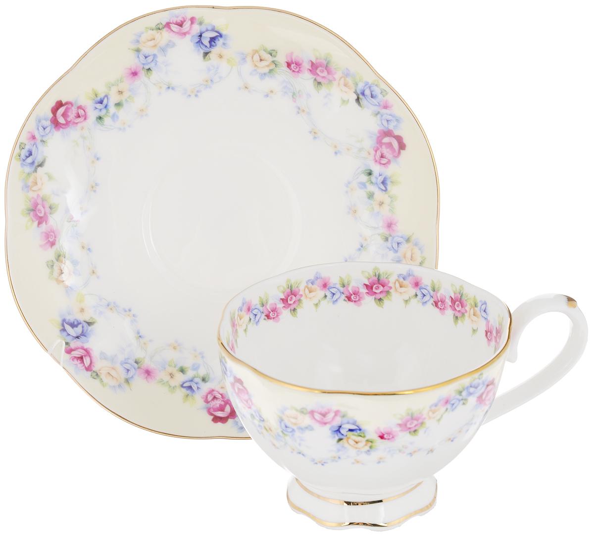 Чайная пара Elan Gallery Гирлянда из роз, 2 предмета530036Чайная пара Elan Gallery Гирлянда из роз состоит из чашки и блюдца, изготовленных из керамики высшего качества, отличающегося необыкновенной прочностью и небольшим весом. Яркий дизайн, несомненно, придется вам по вкусу. Чайная пара Elan Gallery Гирлянда из роз украсит ваш кухонный стол, а также станет замечательным подарком к любому празднику. Не рекомендуется применять абразивные моющие средства. Не использовать в микроволновой печи. Объем чашки: 250 мл. Диаметр чашки (по верхнему краю): 10 см. Высота чашки: 7 см. Диаметр блюдца: 16 см. Высота блюдца: 2,2 см.