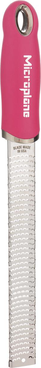 Терка для цедры и сыра Microplane, цвет: стальной, ярко-розовый46920Терка Microplane, изготовленная из нержавеющей стали, оснащена мелкими лезвиями и предназначена специально для натирания сыра и цедры. Изделие оснащено эргономичной ручкой с нескользящим покрытием. Такой уникальный предмет станет незаменимым помощником на вашей кухне и понравится любой хозяйке. Длина терки: 32,5 см. Размер рабочей поверхности: 18,5 х 2,5 см. Microplane – это легендарные американские терки. Продукцией Microplane пользуются все известные кулинары и повара всего мира, среди них знаменитый шеф-повар Джейми Оливер. Вся продукция Microplane производится на собственном заводе в США. Для изготовления терок Microplane используют самую качественную нержавеющую сталь. Благодаря уникальному химическому составу стали, продукция Microplane не окисляется и сохраняет большее количество витаминов и полезных веществ в продуктах. Для производства продукции Microplane используются нержавеющие стали высокой твердости, поэтому продукция...