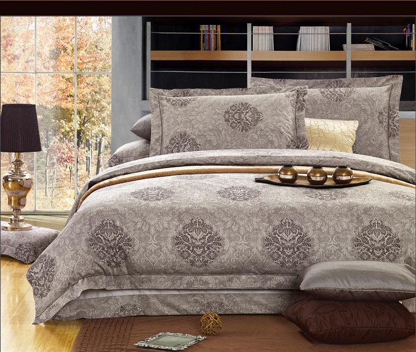 Комплект белья Arya Yalena, 2-х спальный, наволочки 70х70, цвет: темно-бежевыйF0007393Роскошный комплект постельного белья линии Romance Жаккард состоит из пододеяльника, простыни и четырех наволочек, изготовлен из хлопкового жаккарда. Жаккард – это ткань с уникальным рисунком, который создают на специальном станке. Из-за сложного плетения эта ткань довольно жесткая, поэтому используют ее только для верхней стороны пододеяльника и наволочек. Хлопковый жаккард соединяет в себе все плюсы натуральной ткани и сложного плетения: хорошо впитывает влагу, дышит, долговечен и прочнее любой ткани, кроме натурального шелка. В сатине высокой плотности нити очень сильно скручены, поэтому ткань гладкая и немного блестит. Комплект из плотного сатина прослужит дольше любого другого хлопкового белья. Благодаря диагональному пересечению нитей, он почти не мнется, но по гладкости и мягкости уступает атласным тканям.